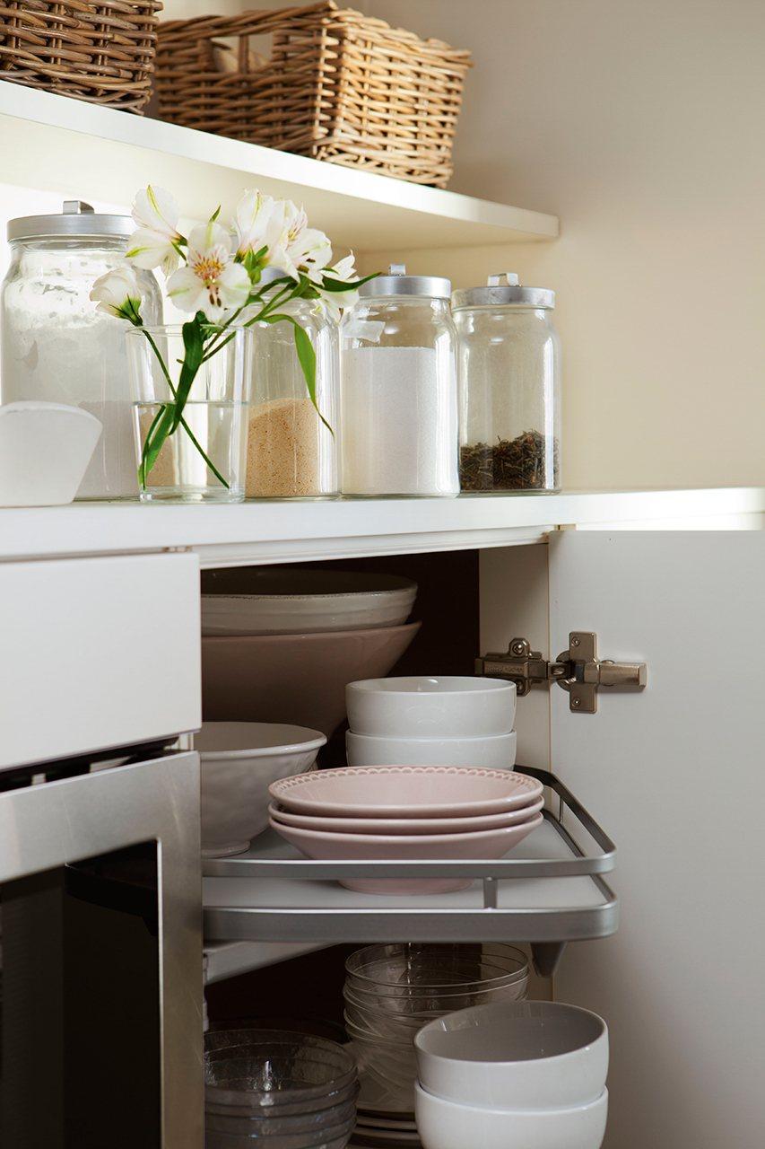detalle de armario rinconero extraible muebles prcticos en las esquinas