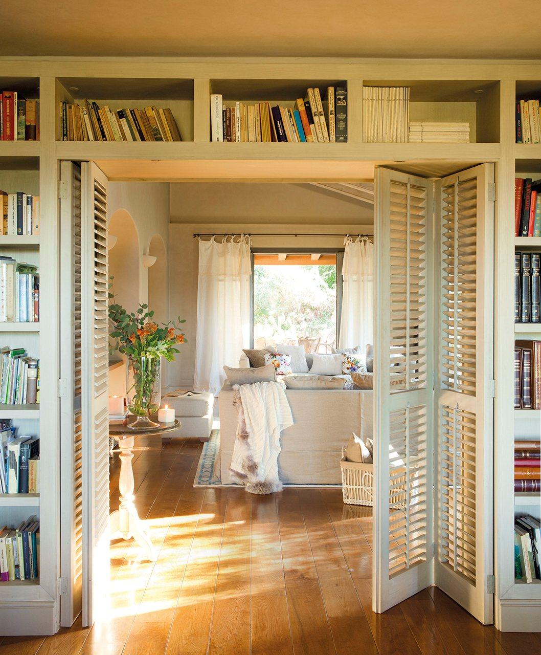 Gana una librer a extra aprovechando rincones for Fotos de librerias de salon