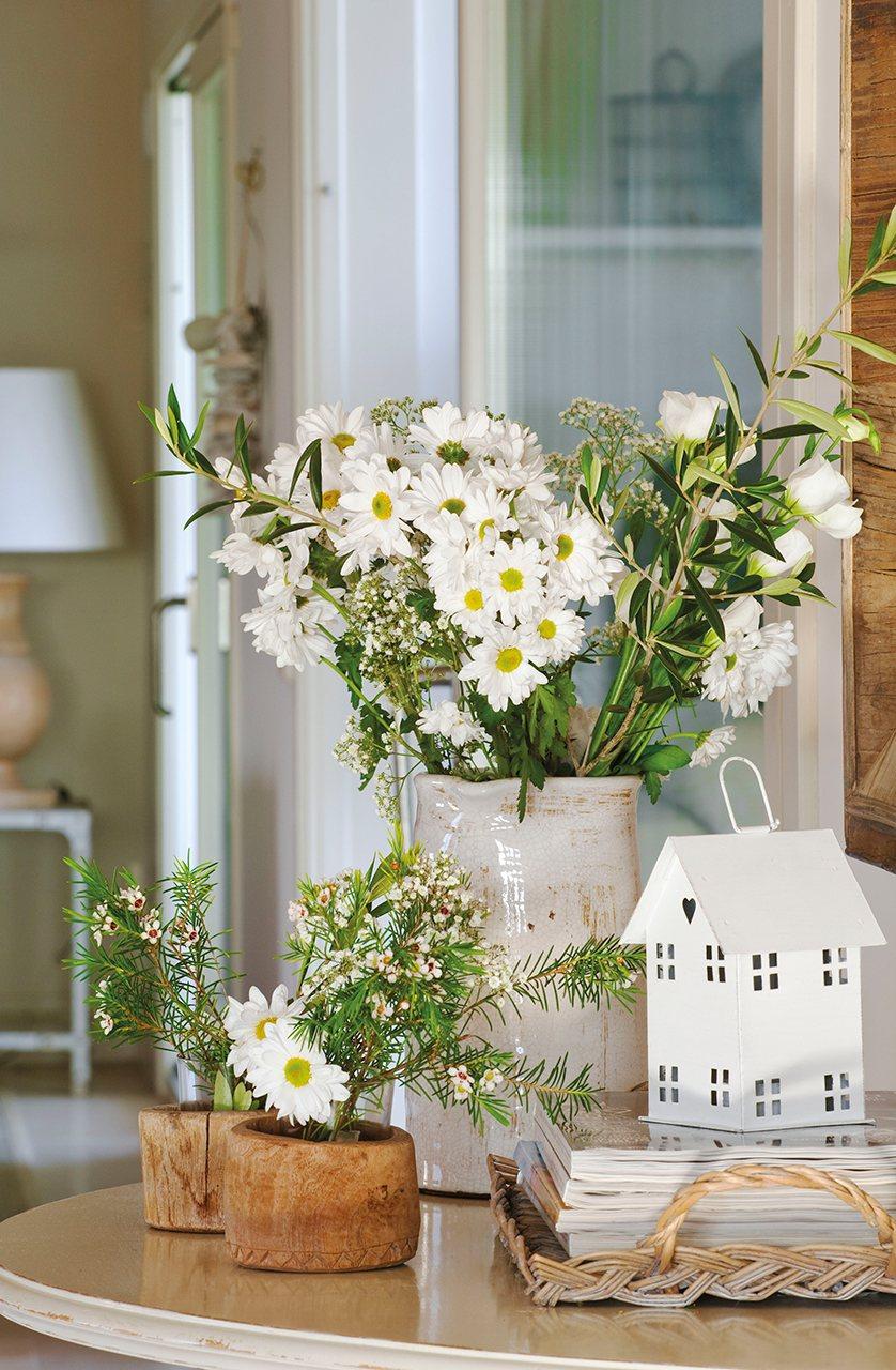 Detalle de consola con jarrón de margaritas y casitas. Que no falten las flores