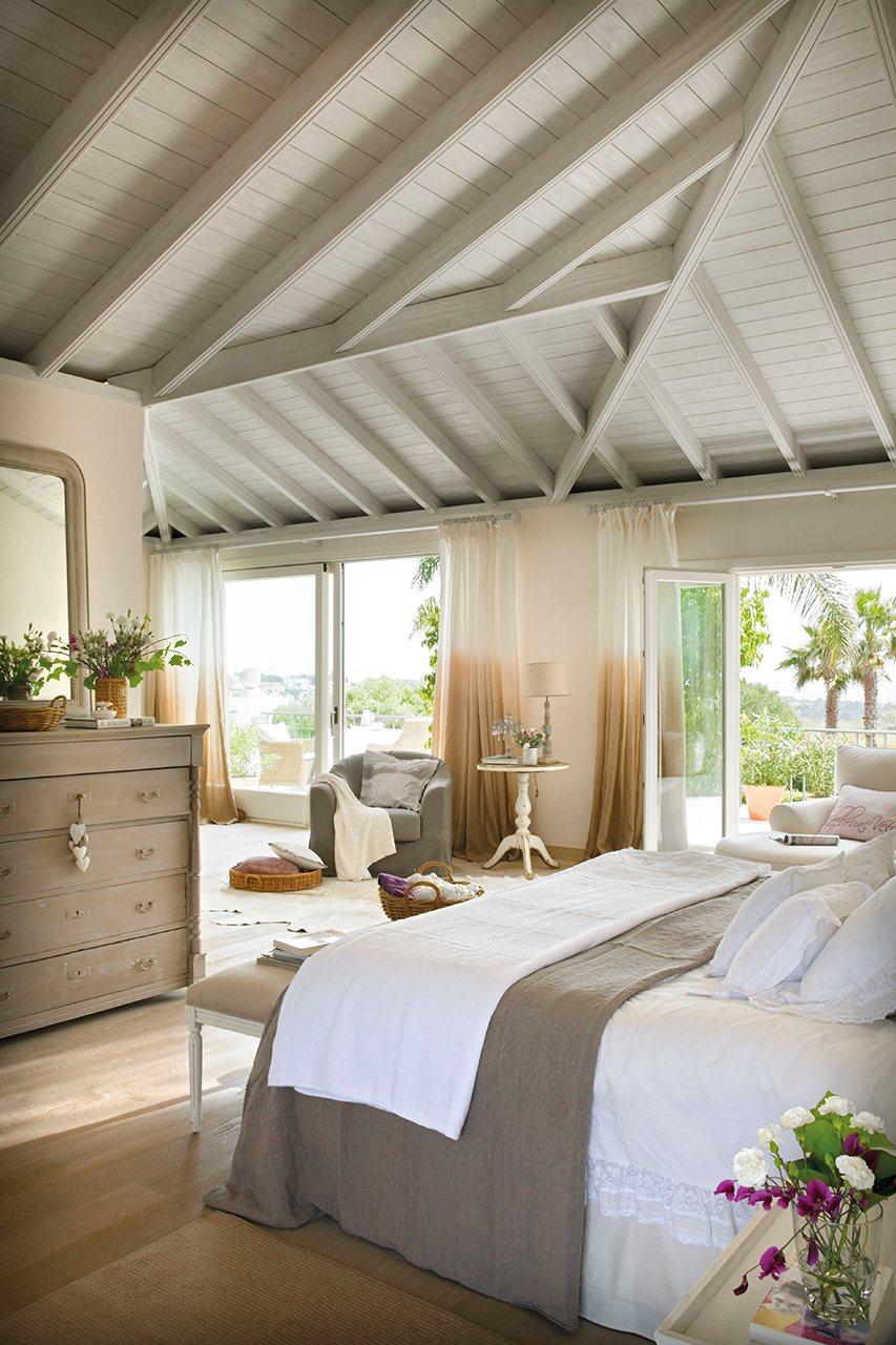 Dormitorio con techo abuhardillado, zona de trabajo y gran terraza. En el dormitorio