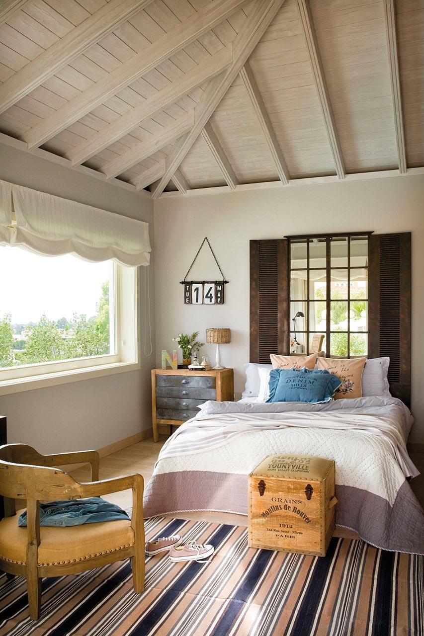 Dormitorio juvenil con cabecero de espejo en forma de ventanal. Muy original