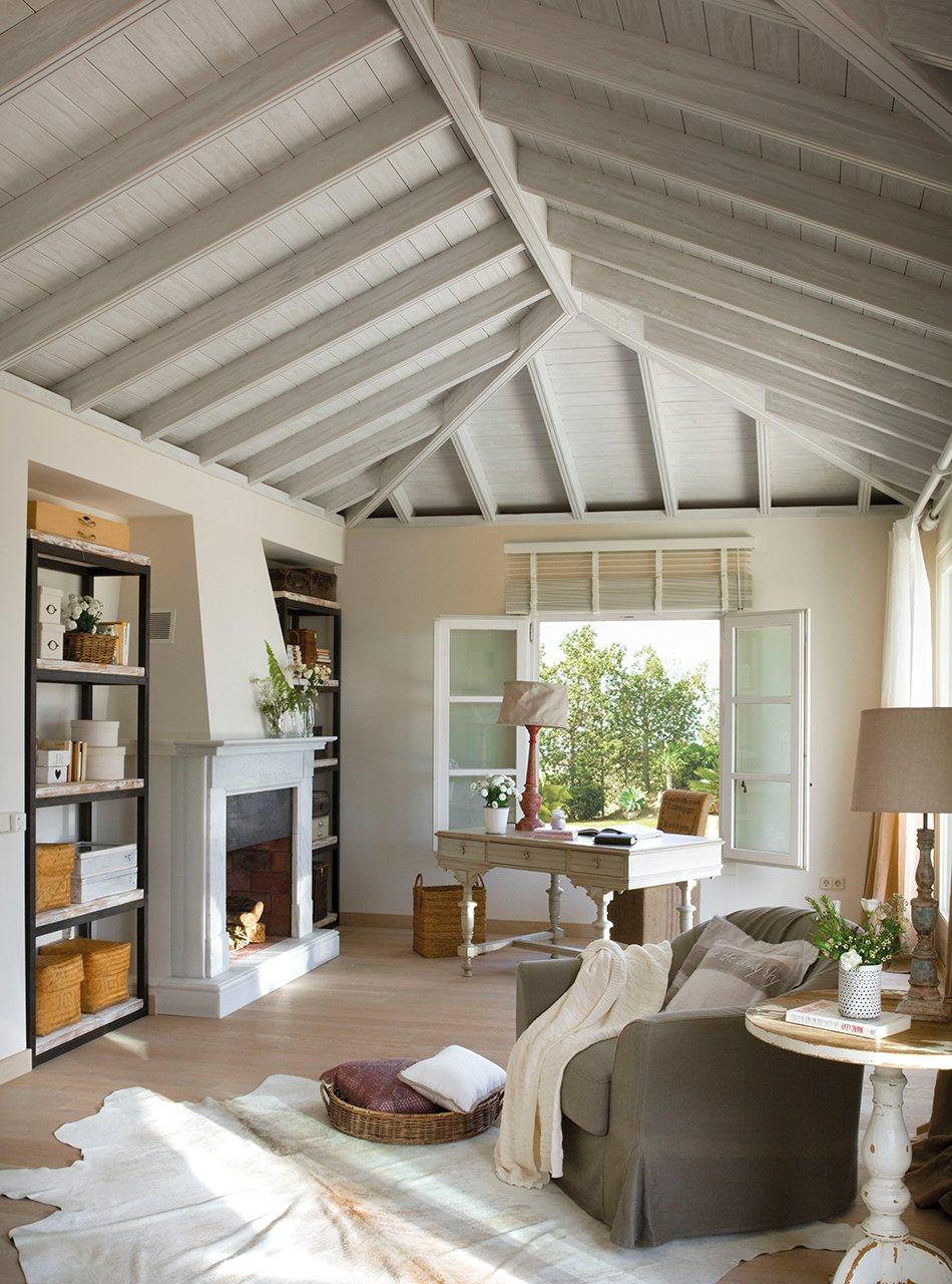Zona de trabajo con chimenea y escritorio blanco en dormitorio. Zona de trabajo