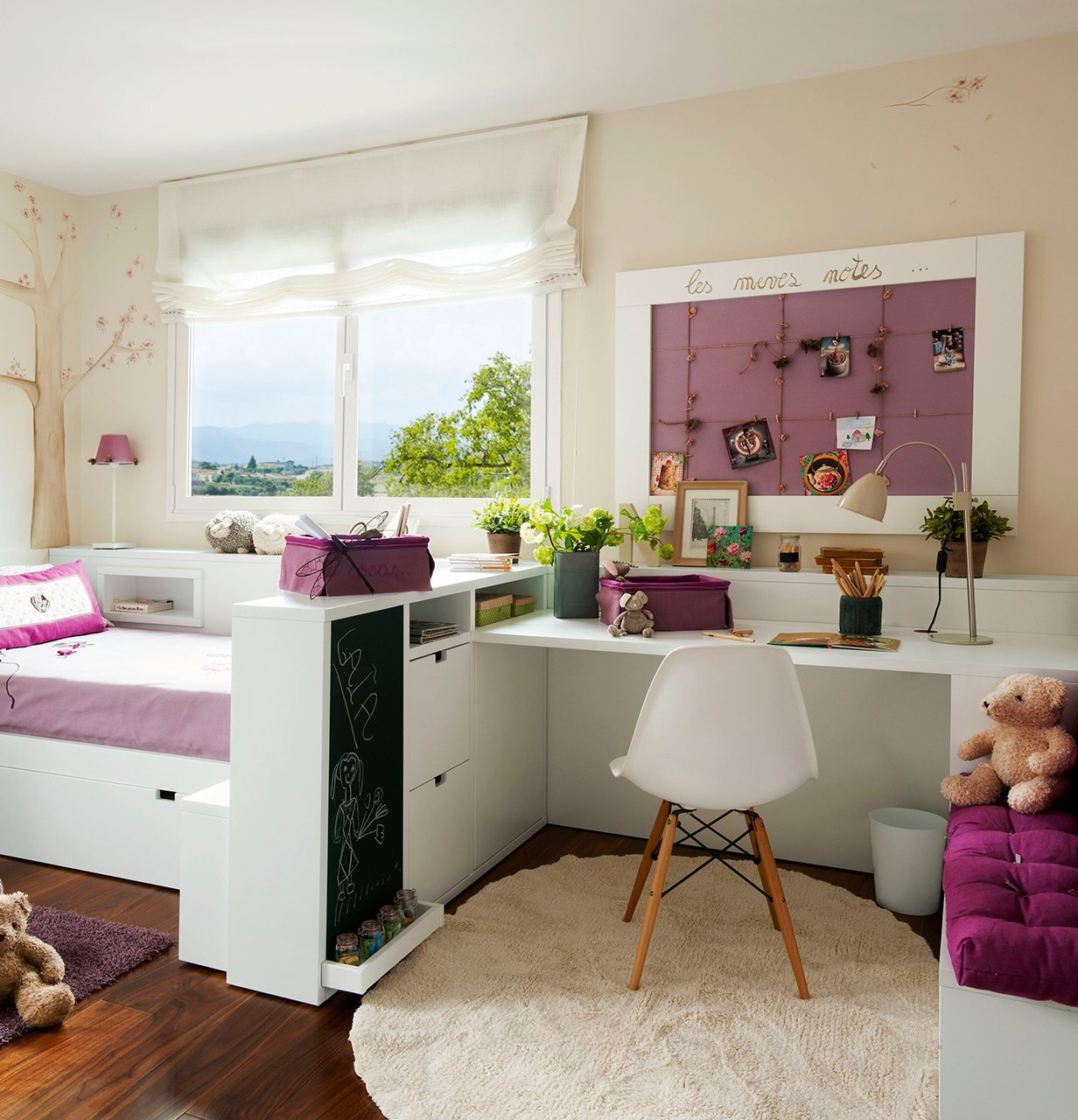 dormitorio de nia con zona de estudio en tonos blanco y violeta separar sin separar