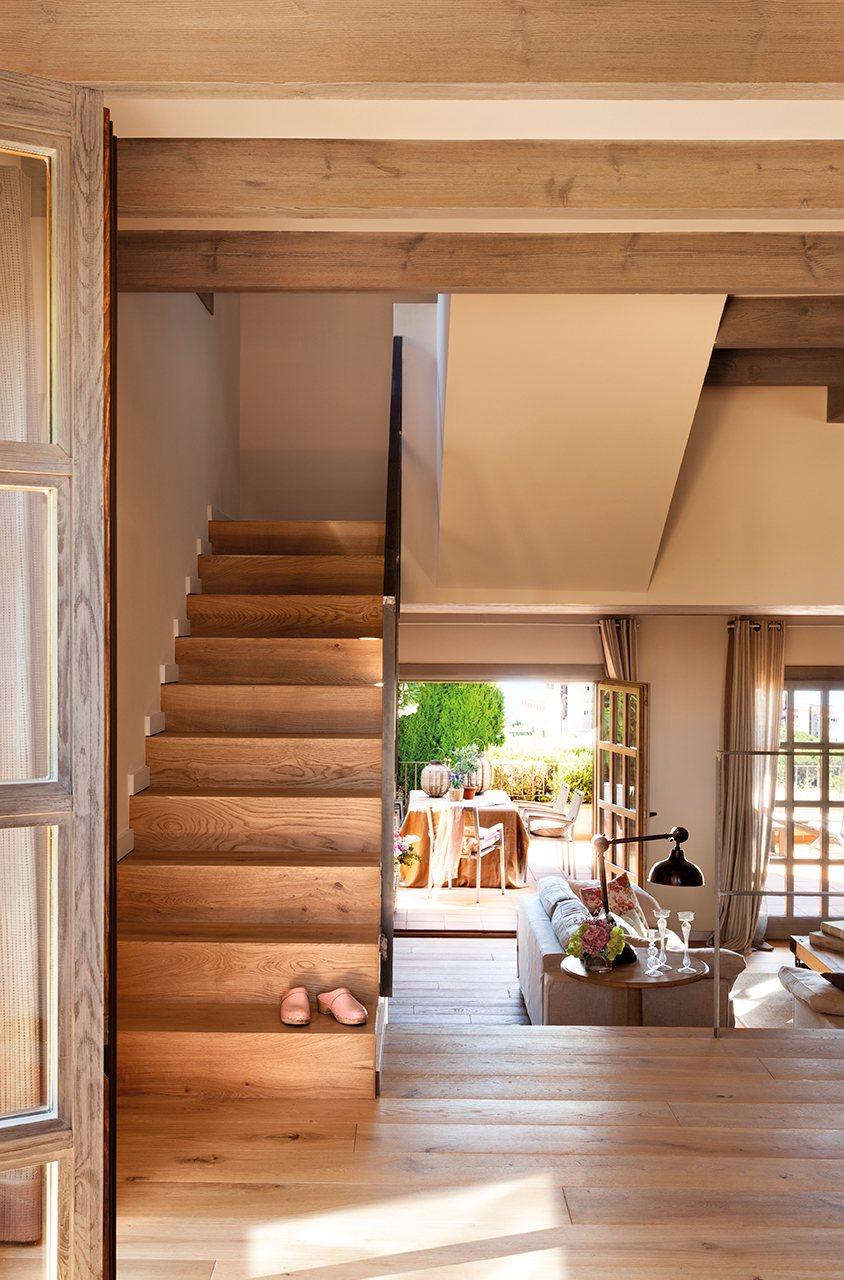 Reforma de una casa en la costa brava for Escaleras de salon