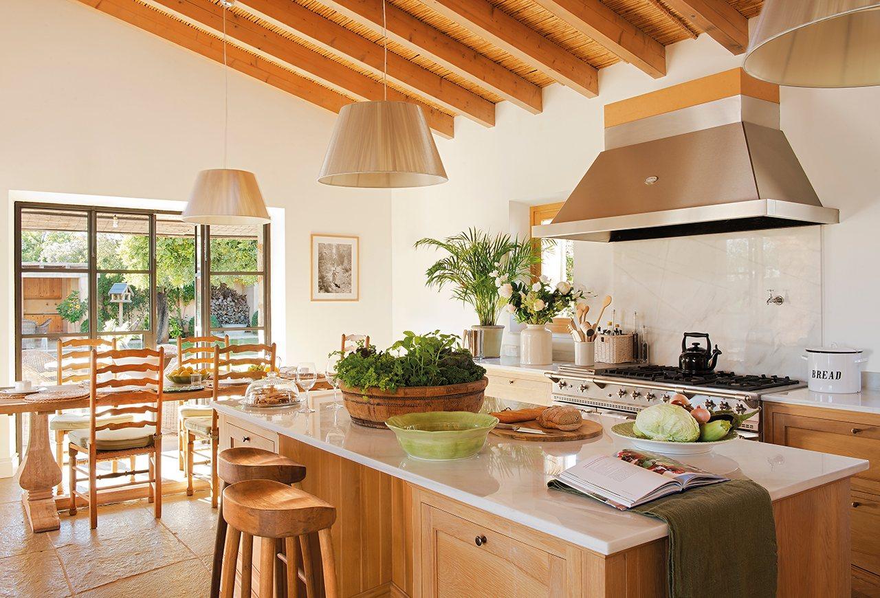 Una casa de piedra en mallorca for Vistas de cocinas