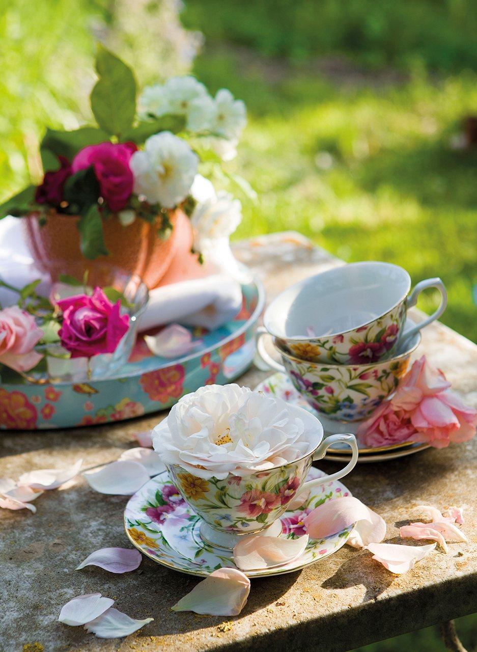 Tazas decoradas con flores de varios colores