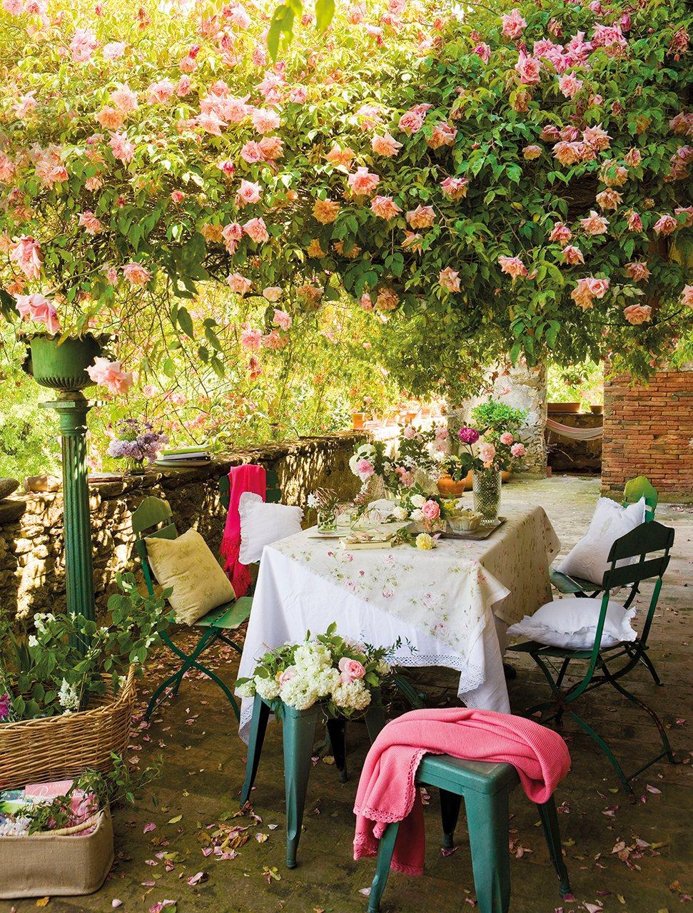 Pérgola de flores sobre el comedor del jardín