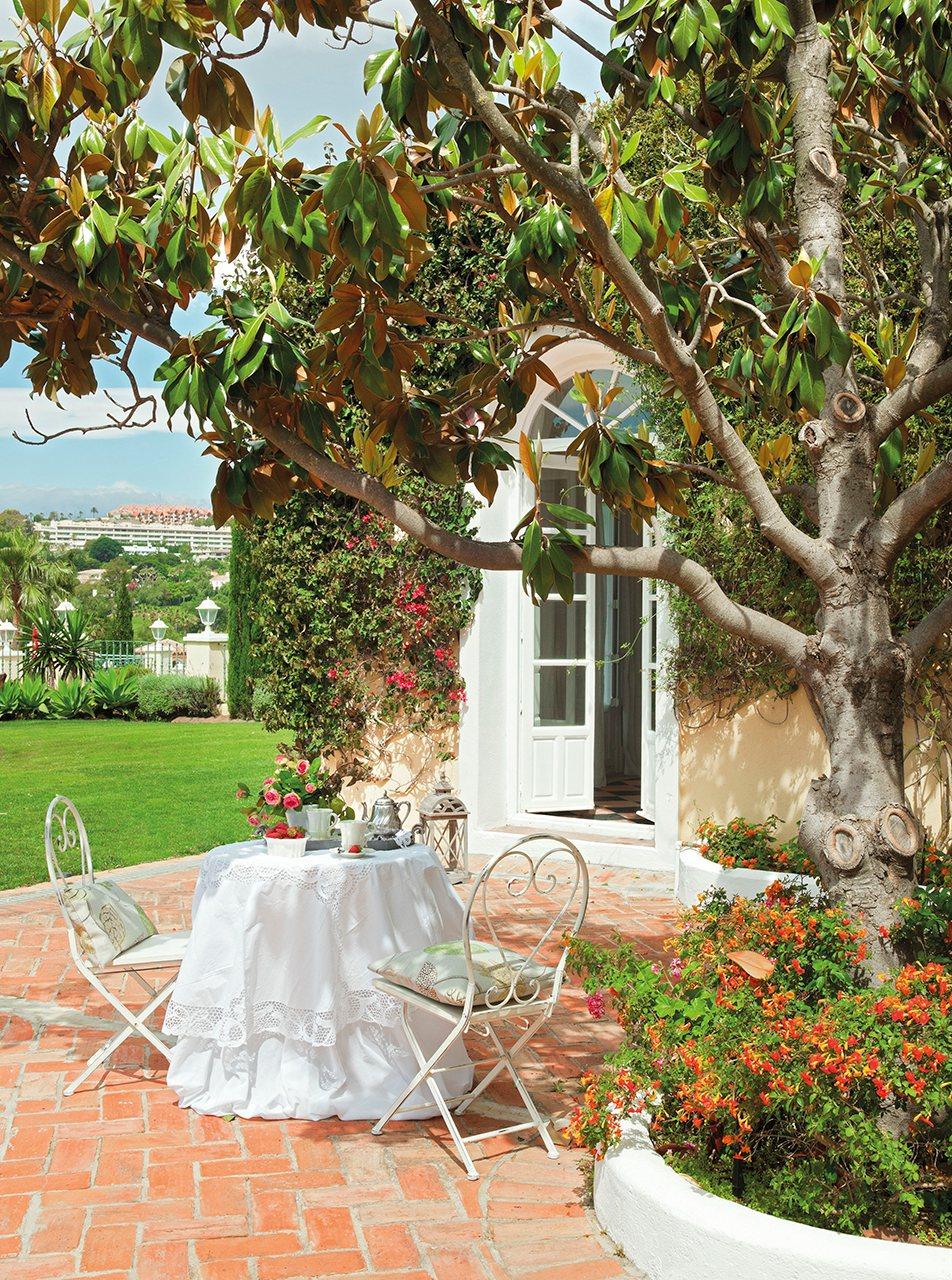 La bella durmiente una casa rescatada del olvido for Jardines patios casas