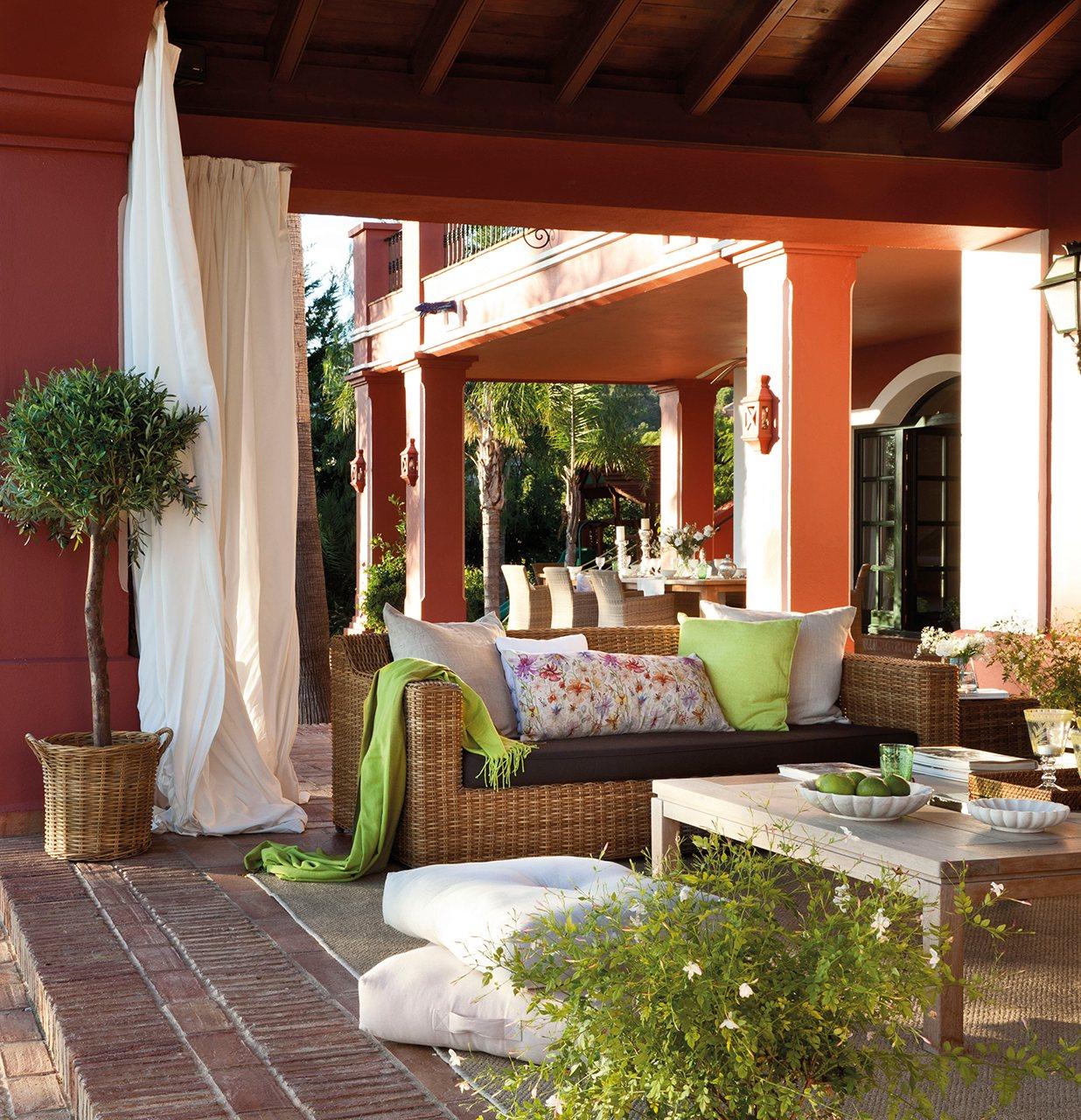 Un porche con el embrujo de la alhambra - Decorar pared porche ...