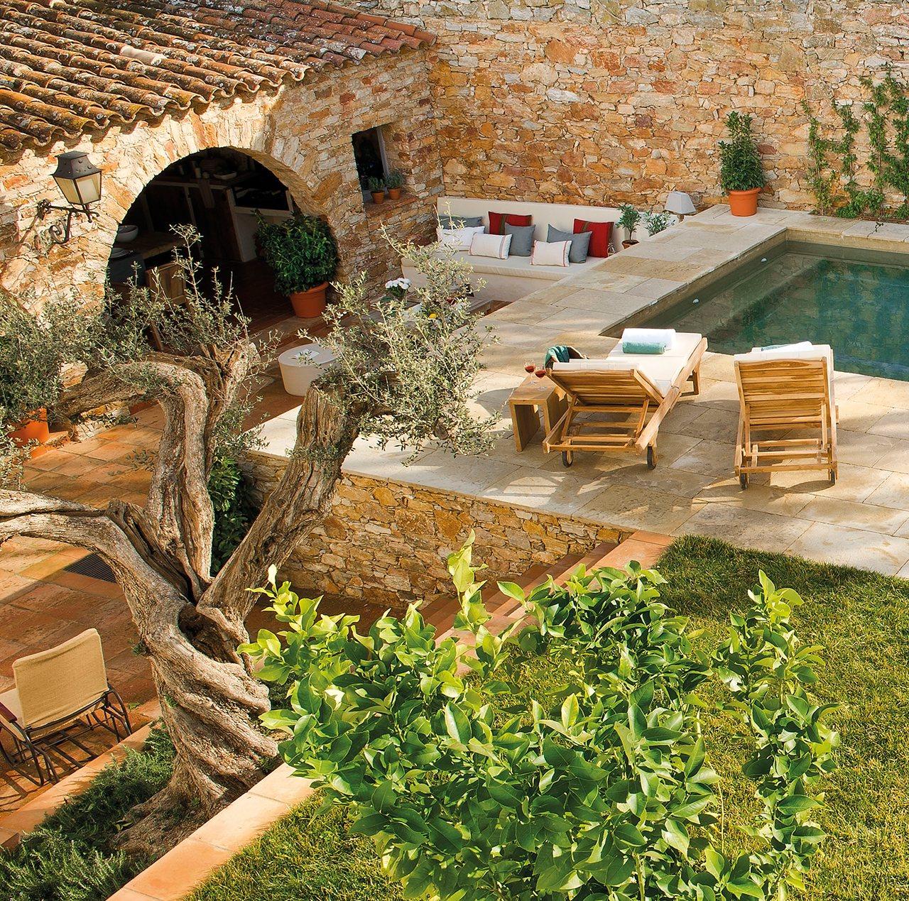 Una casa alrededor del porche for Casas con jardin y piscina