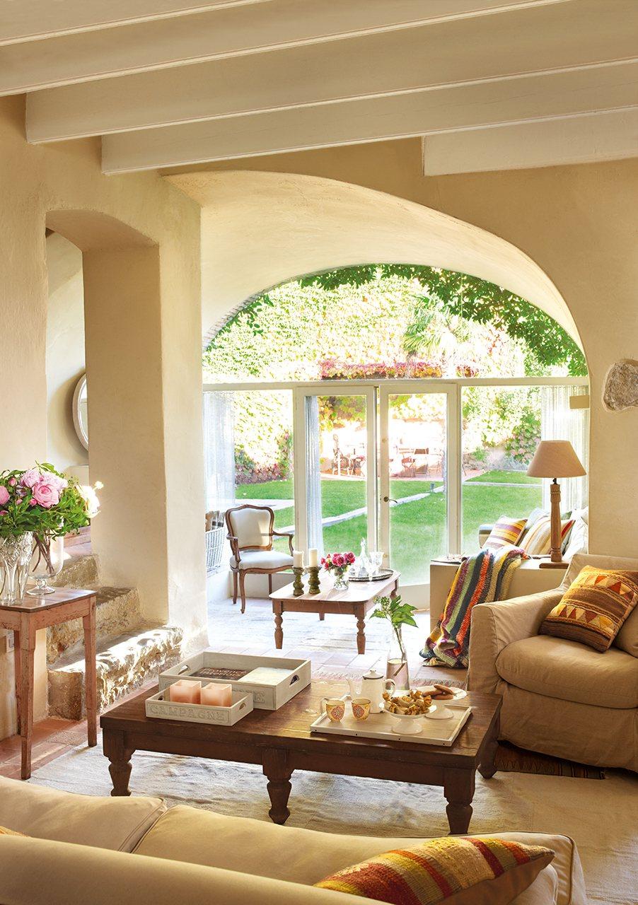 Salón en beige organizado en dos niveles