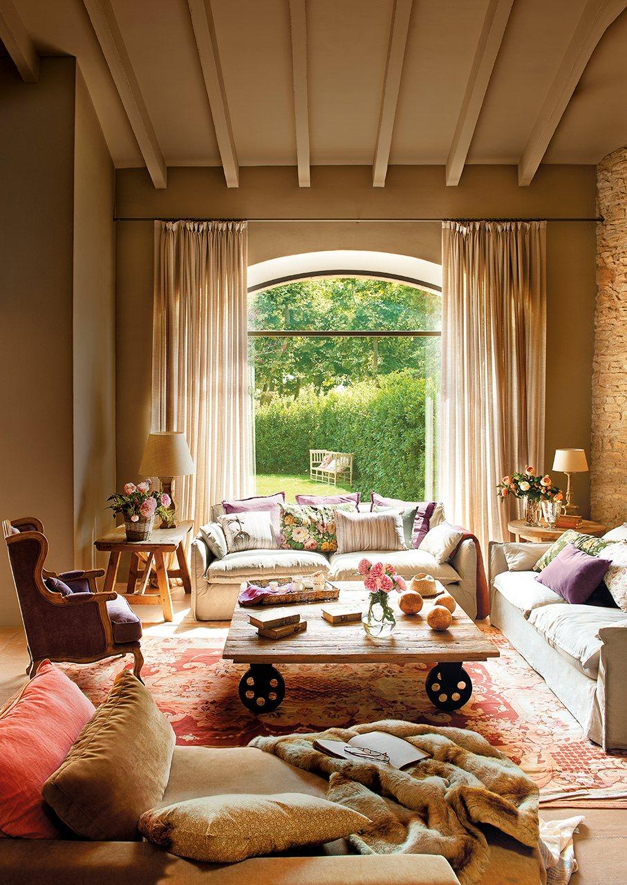 saln con paredes de piedra vigas de madera y paredes y detalles en verde
