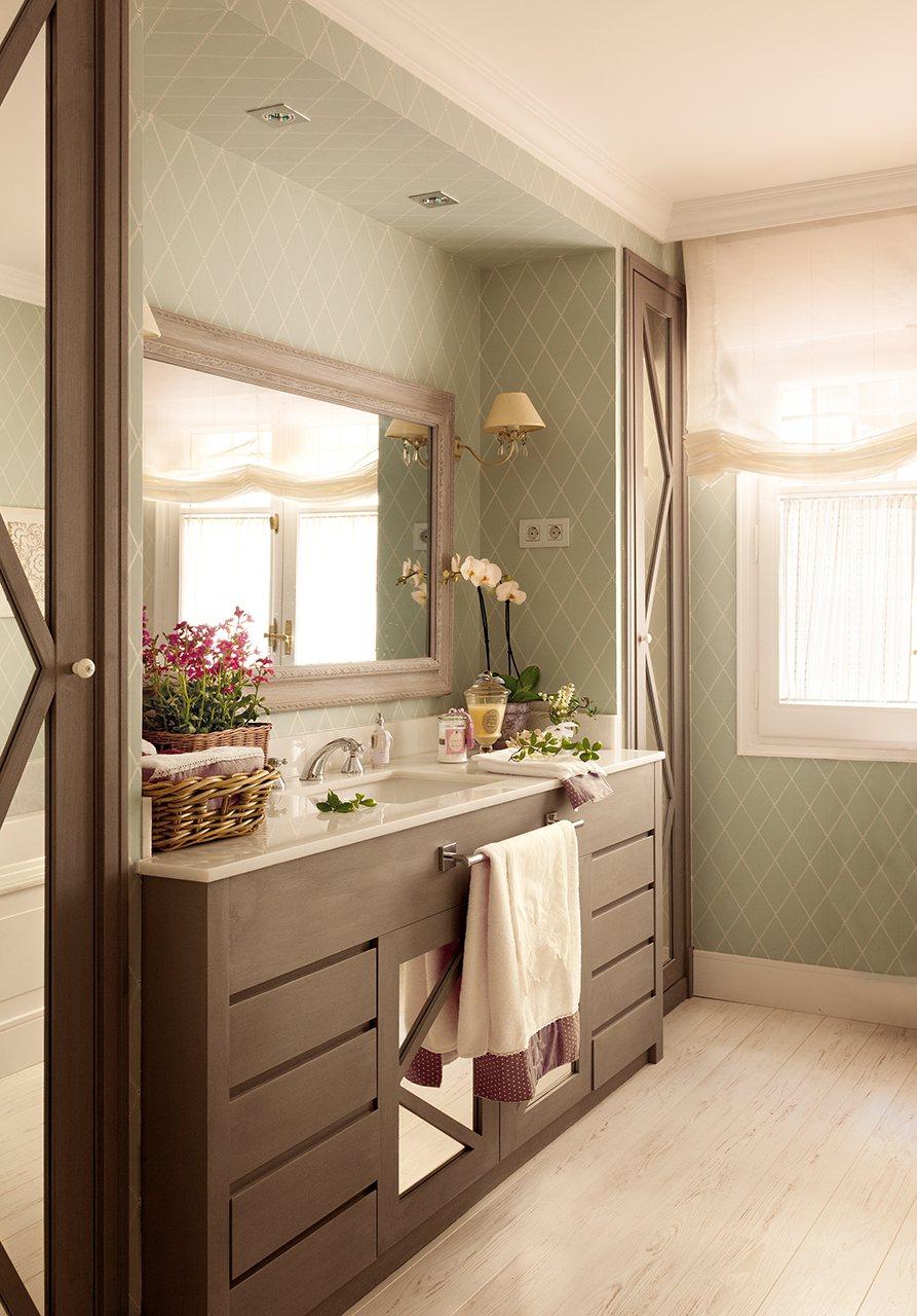 Casa de madrid reformada y decorada con papel pintado for Muebles para bano hechos en casa