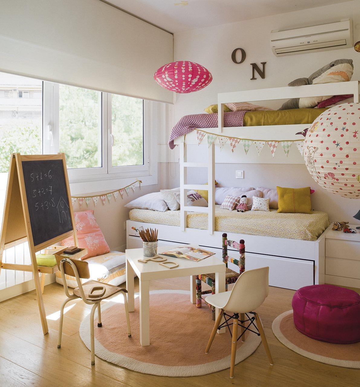 Dormitorio con litera en tonos mostaza y rosa. Un habitación creada para imaginar.