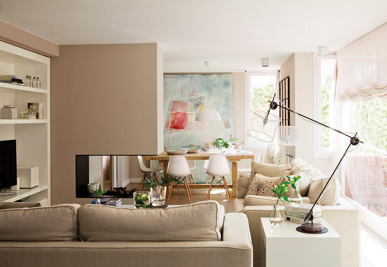 La reforma de un piso para ganar luz - Comedor con chimenea ...