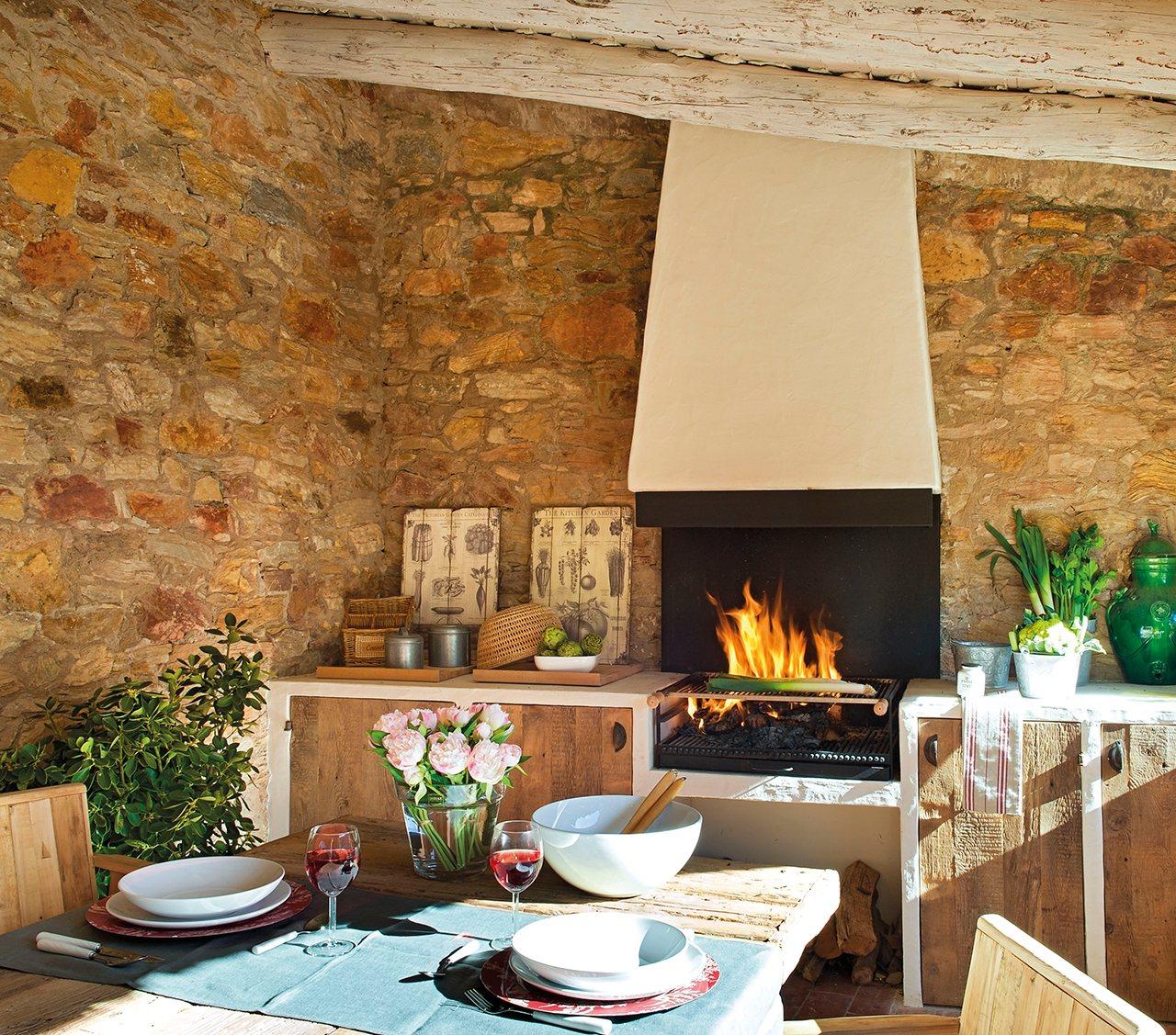 porche con barbacoa de obra en pared de piedra una barbacoa