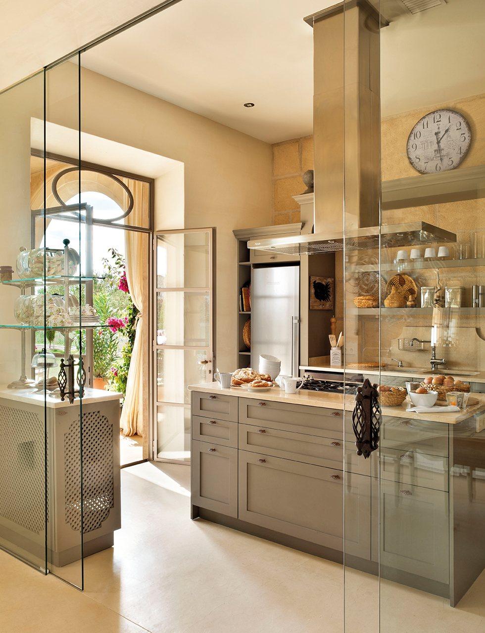 Una casa en mallorca rodeada de olivos - Puertas de cristal para cocinas ...
