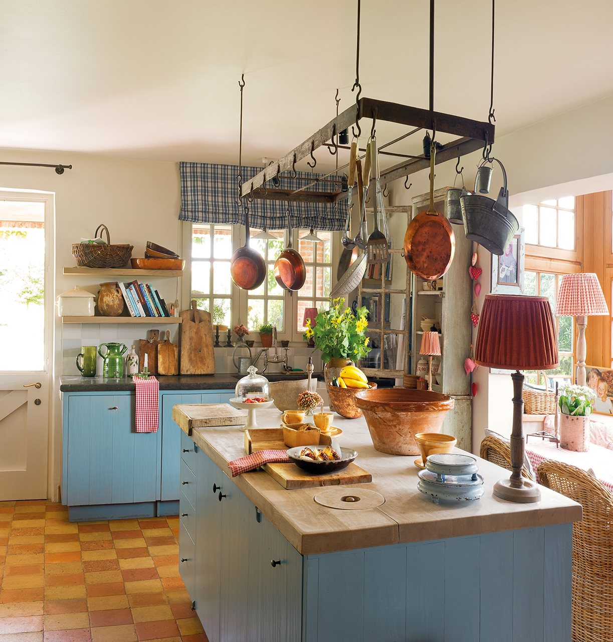 Una casa de campo muy acogedora con un jard n y un porche - Cocinas rusticas de obra fotos ...