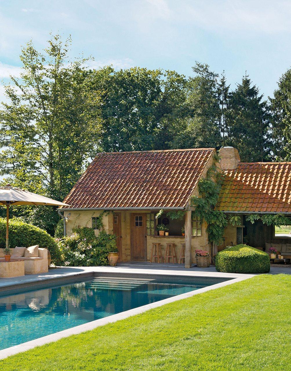 Una casa de campo muy acogedora con un jard n y un porche for Jardines exteriores de casas de campo