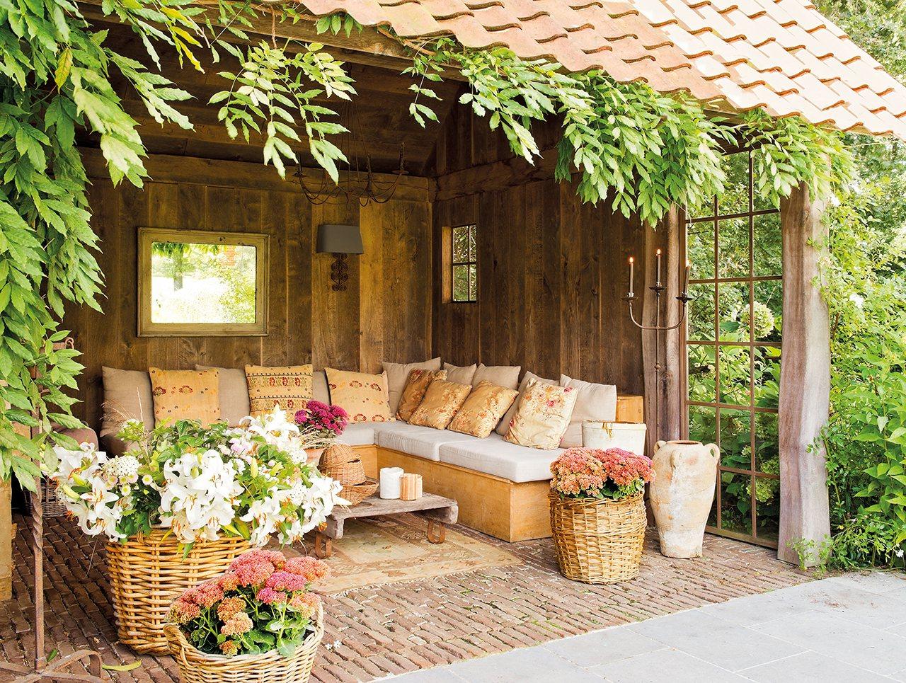 Una casa de campo muy acogedora con un jard n y un porche - Como decorar un jardin rustico ...
