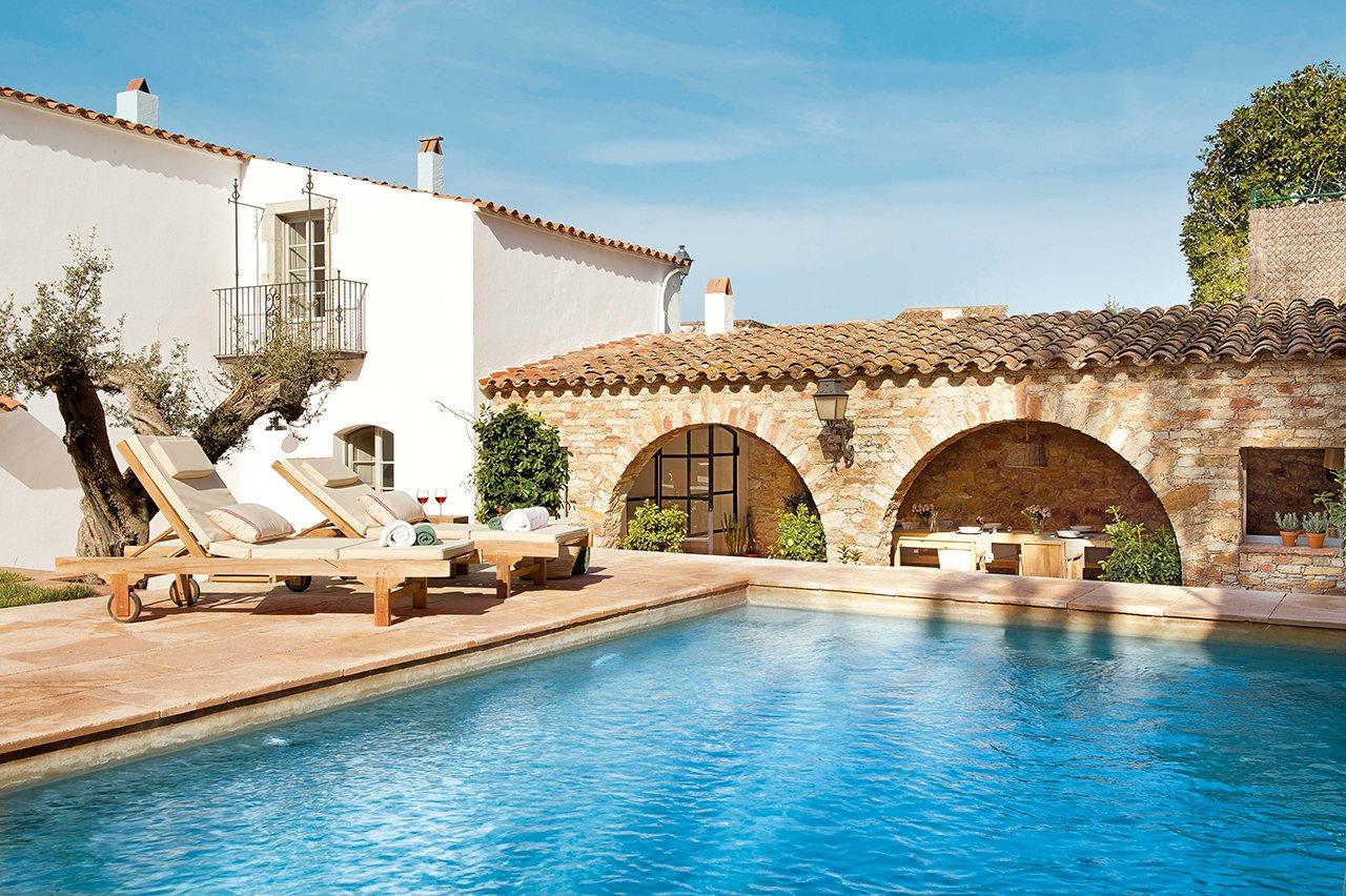 Piscina en casa jardin casa piscina cuadrada grande casa for Casas con porche y piscina
