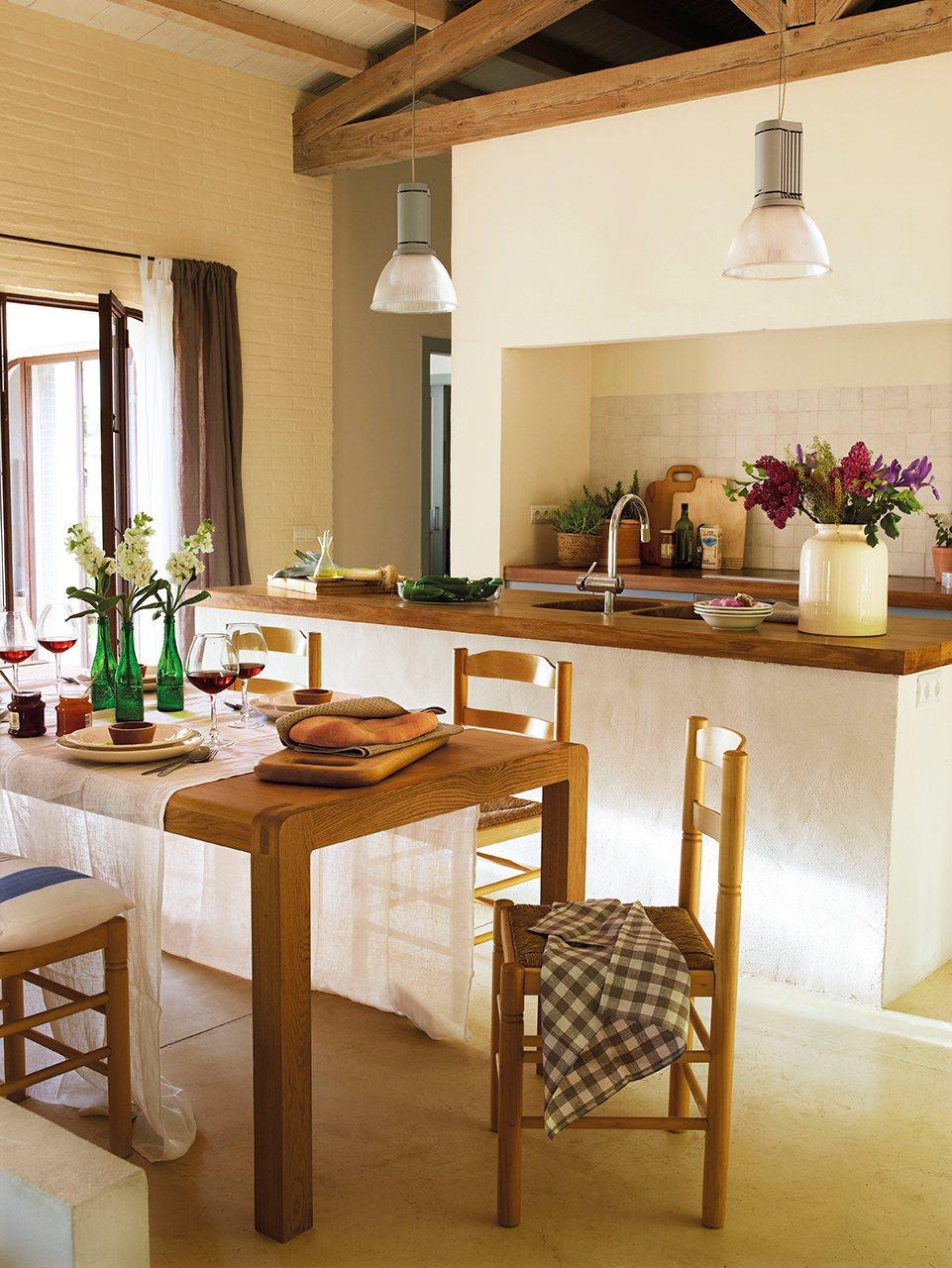 cocina con vigas de madera y encimera de roble francs