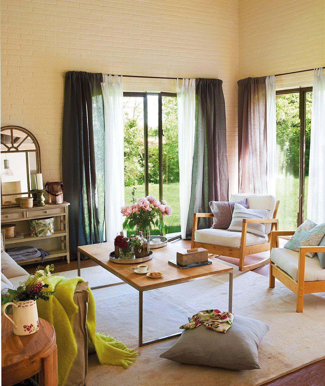 Una casa con aire de granero y presidida por la glicina for Cortinas blancas salon