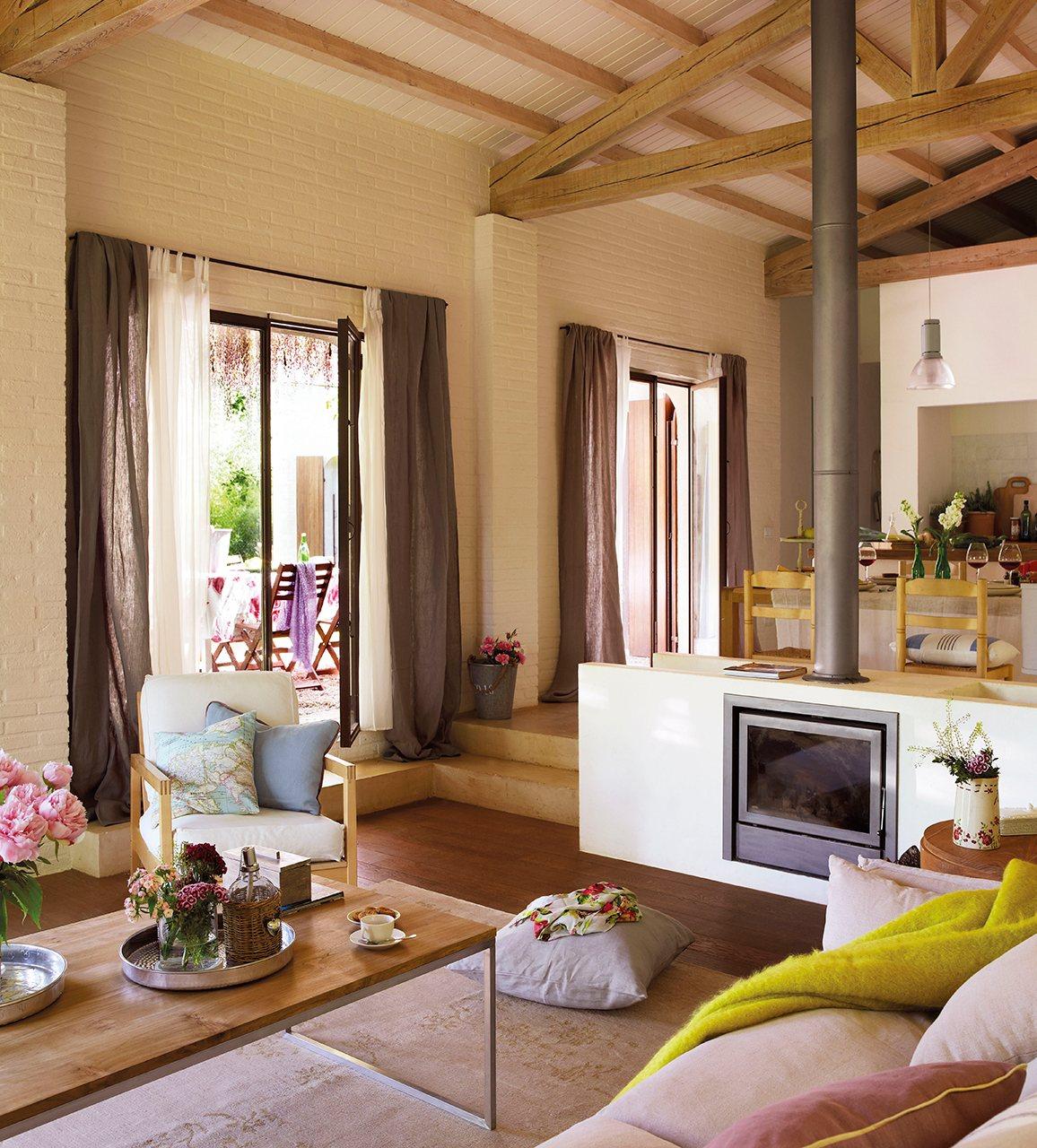 Una casa con estilo de granero - Pared de ladrillo blanco ...