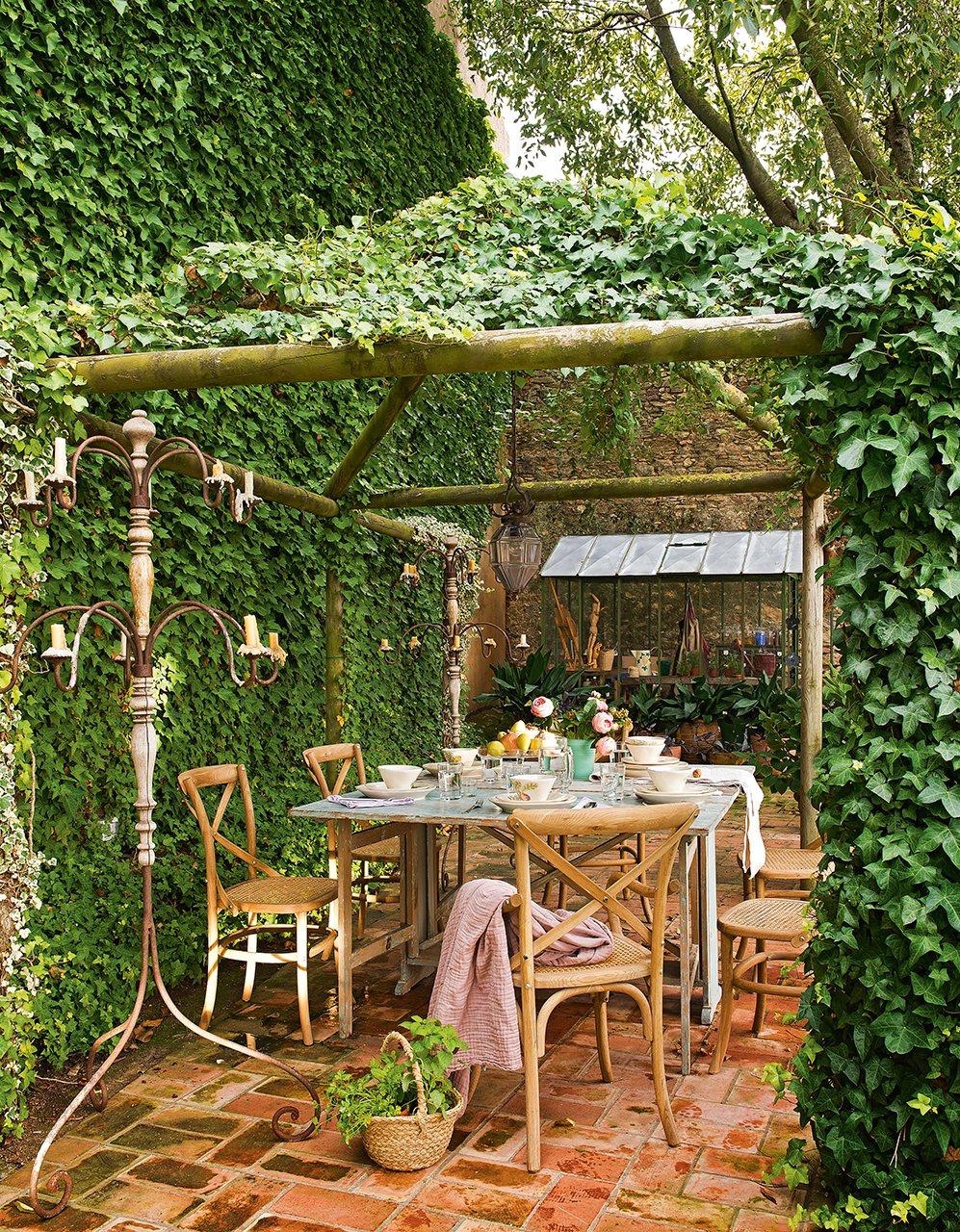 Un antiguo pajar convertido en una casa de pueblo con jard n for Cenador de jardin