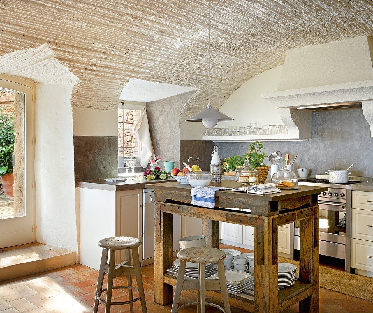 Un antiguo pajar que acab siendo la casa ideal - Mesas de cocina rusticas ...