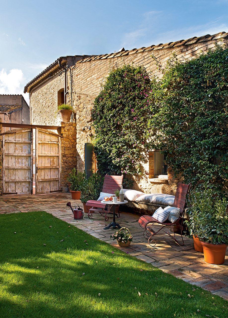 Un antiguo pajar convertido en una casa de pueblo con jard n - Casas para jardin ...