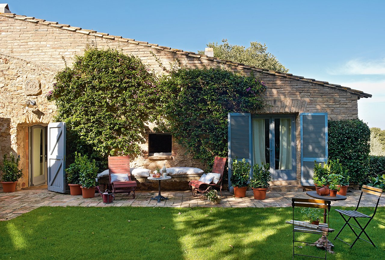 Un antiguo pajar convertido en una casa de pueblo con jard n for Jardines de casas rusticas