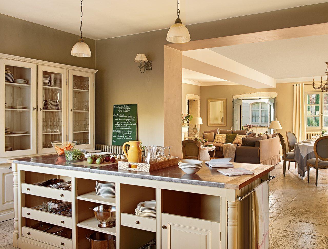 Una vieja casa de hu spedes en la provenza for Cocina comedor con isla