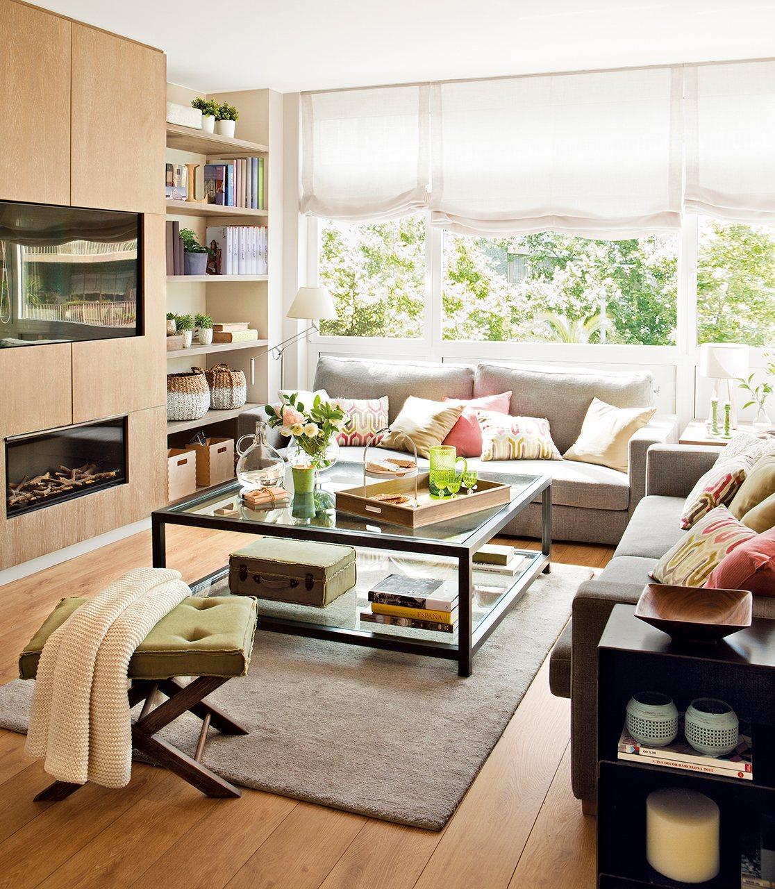 Salón con chimenea y televisor integrado en el mueble. Un salón bien aprovechado con muebles a medida