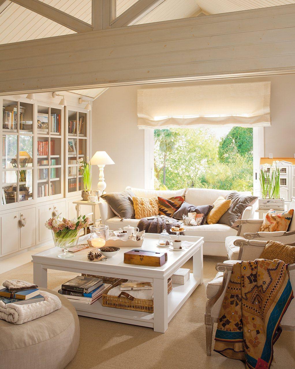 Salón con techo a dos aguas. Dos vitrinas gemelas que regalan ligereza y espacio para guardar