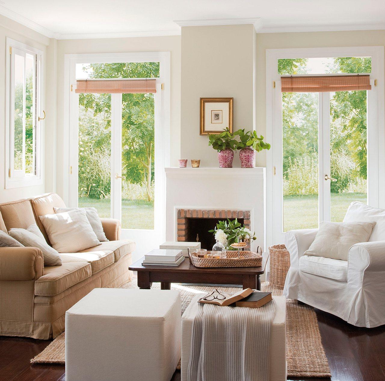 Salón en tonos claros con amplios ventanales. Un salón pequeño que la luz lo amplía