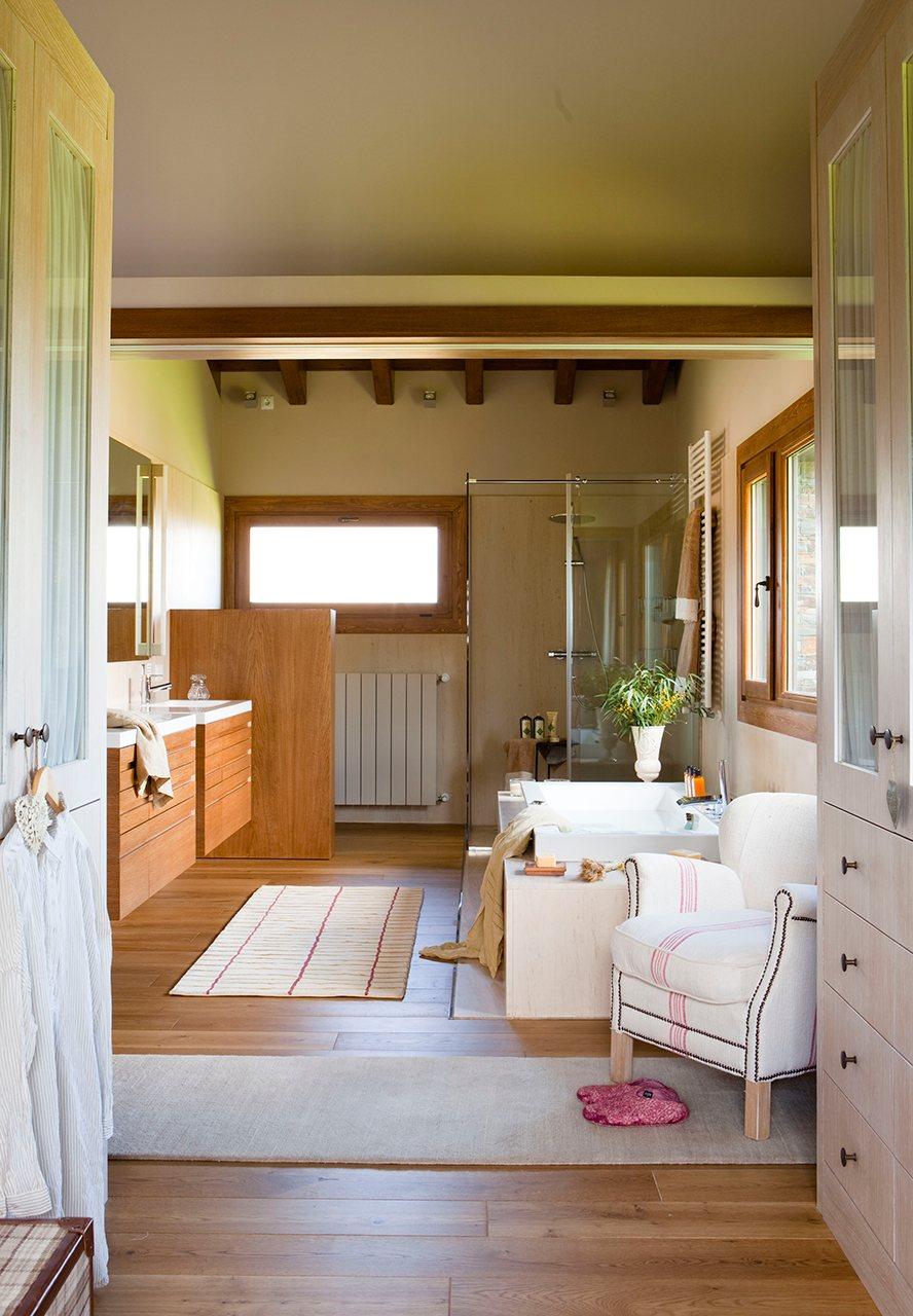 Un bao abierto al dormitorio y al vestidor