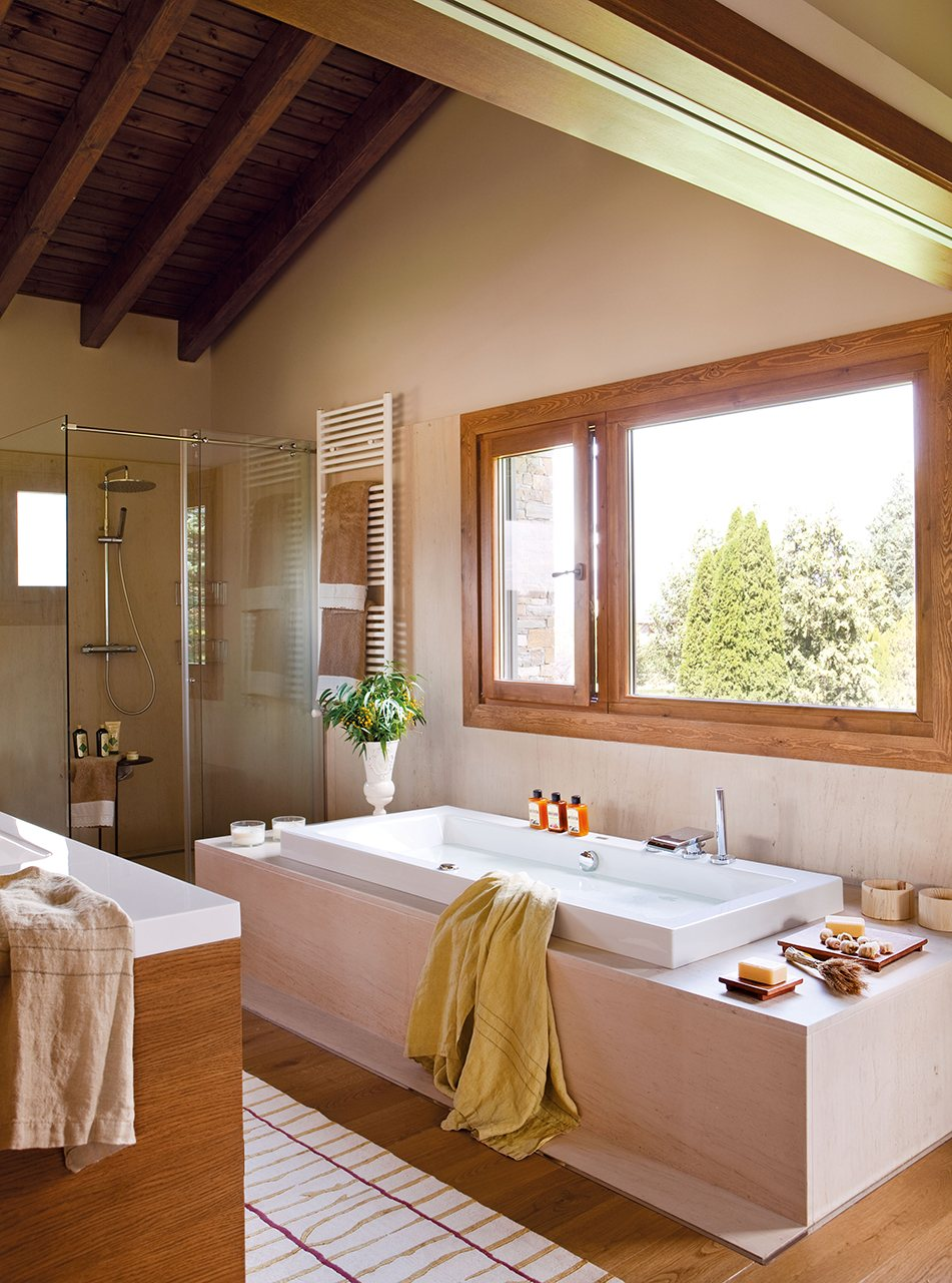 Un ba o abierto al dormitorio y al vestidor - Ducha y banera ...