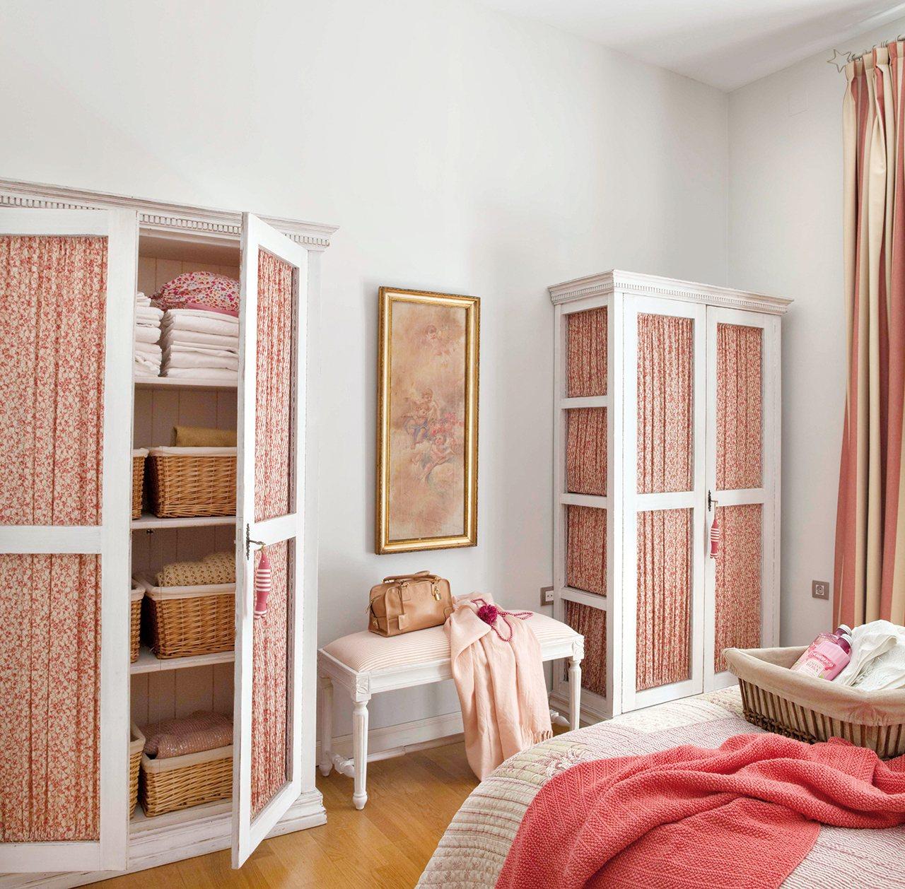 Con soluciones ingeniosas parece m s grande - Dormitorios con armarios empotrados ...