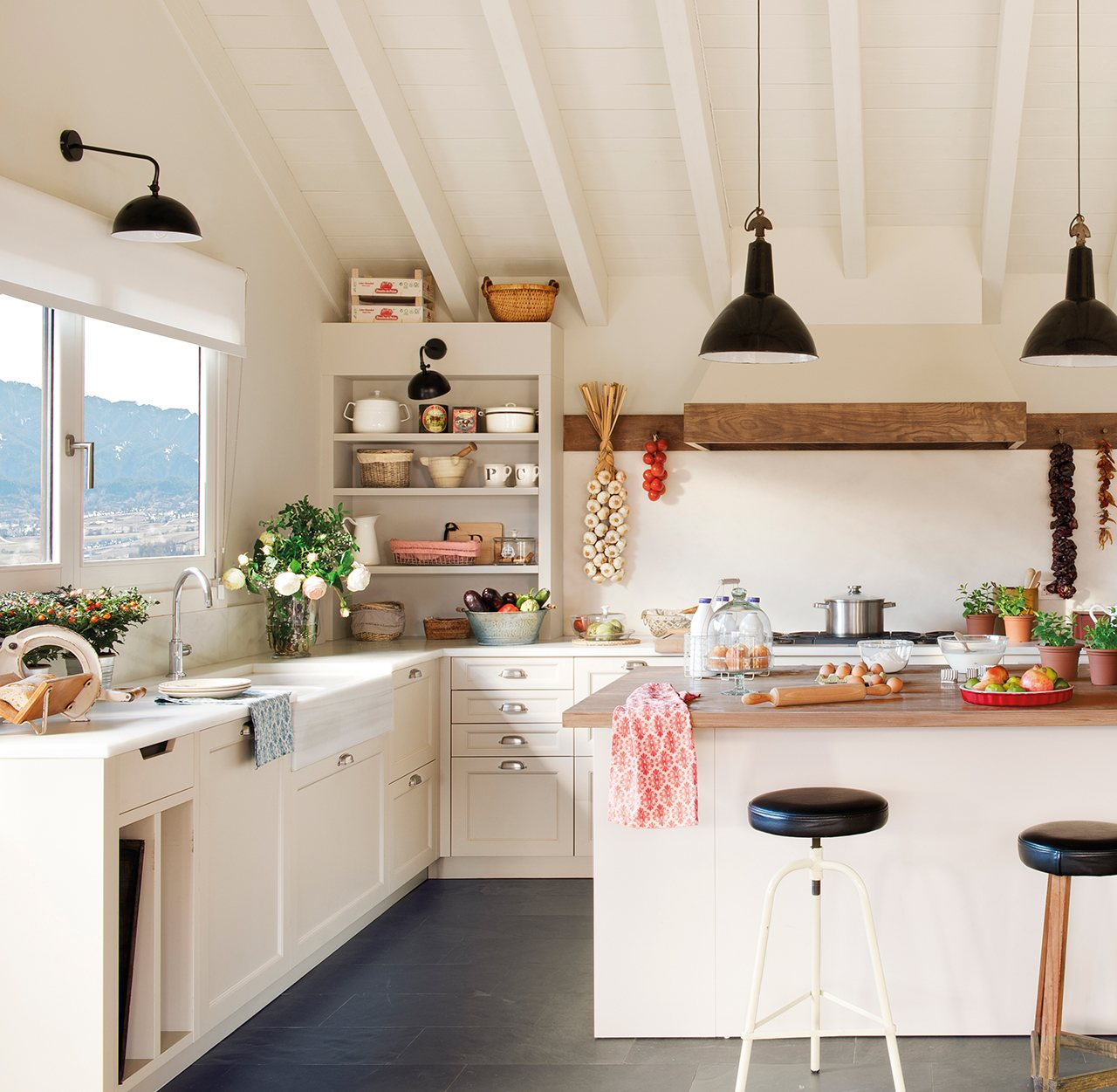 Una casa de monta a diferente c mo decorarla for Lamparas cocinas rusticas