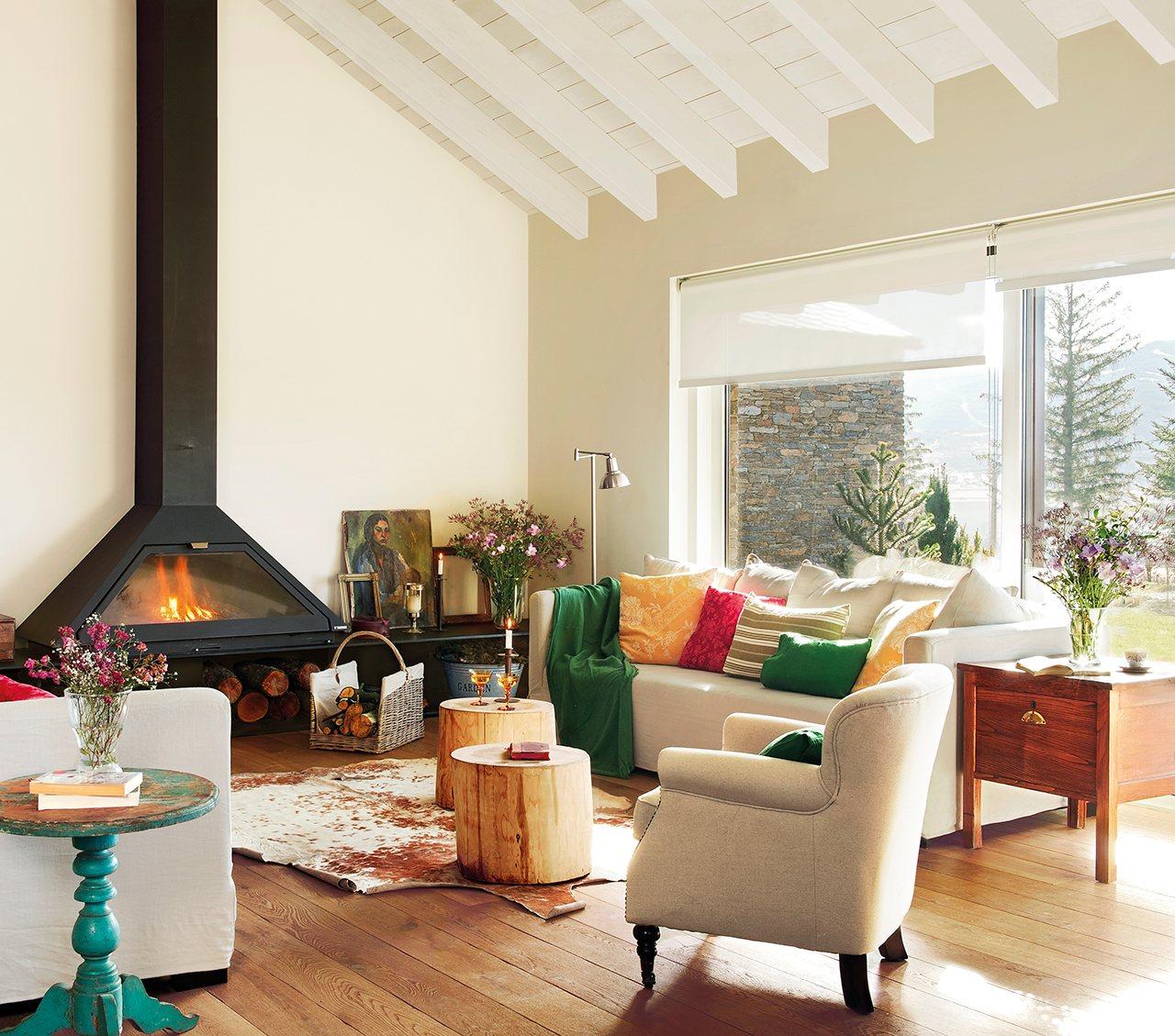Una casa de monta a diferente c mo decorarla - Salon con chimenea ...