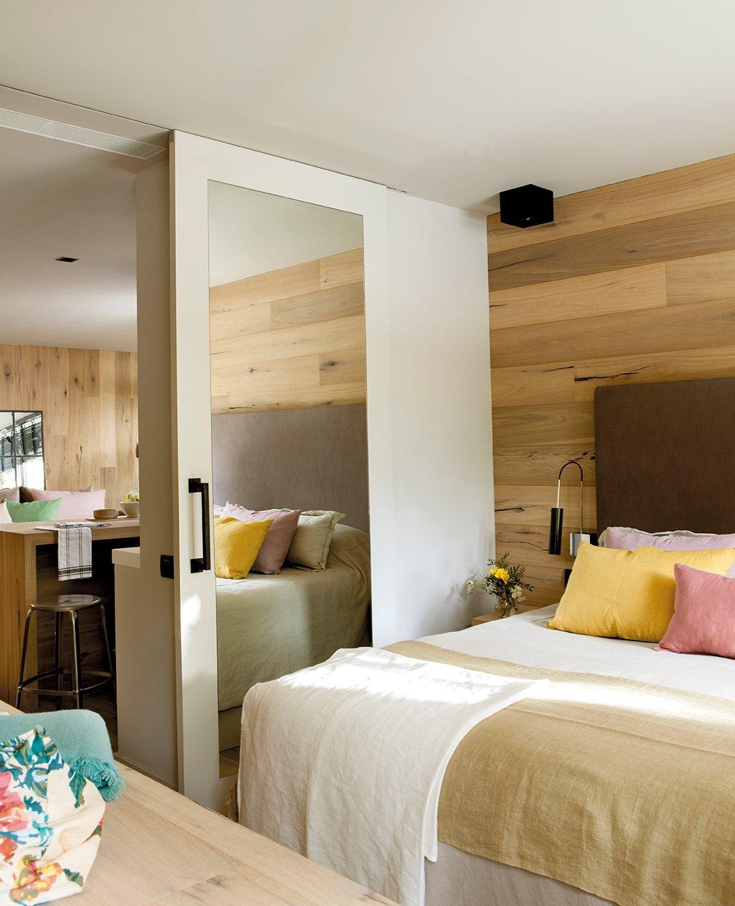 De vieja oficina a luminoso loft para dos Puertas en madera para habitaciones