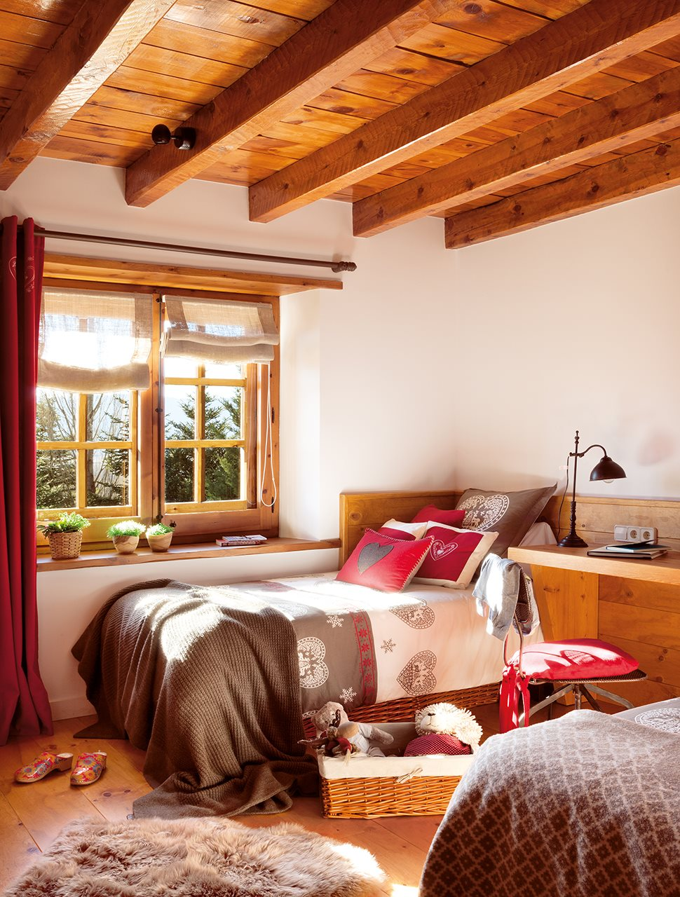 Una caba a de piedra y madera de pino for Decoracion techos madera interior