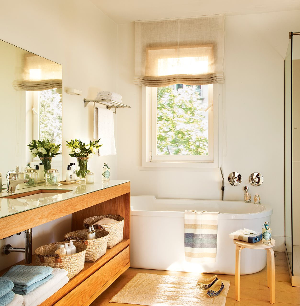 Un ba o con ba era ducha y un vestidor for Banos pequenos con banera