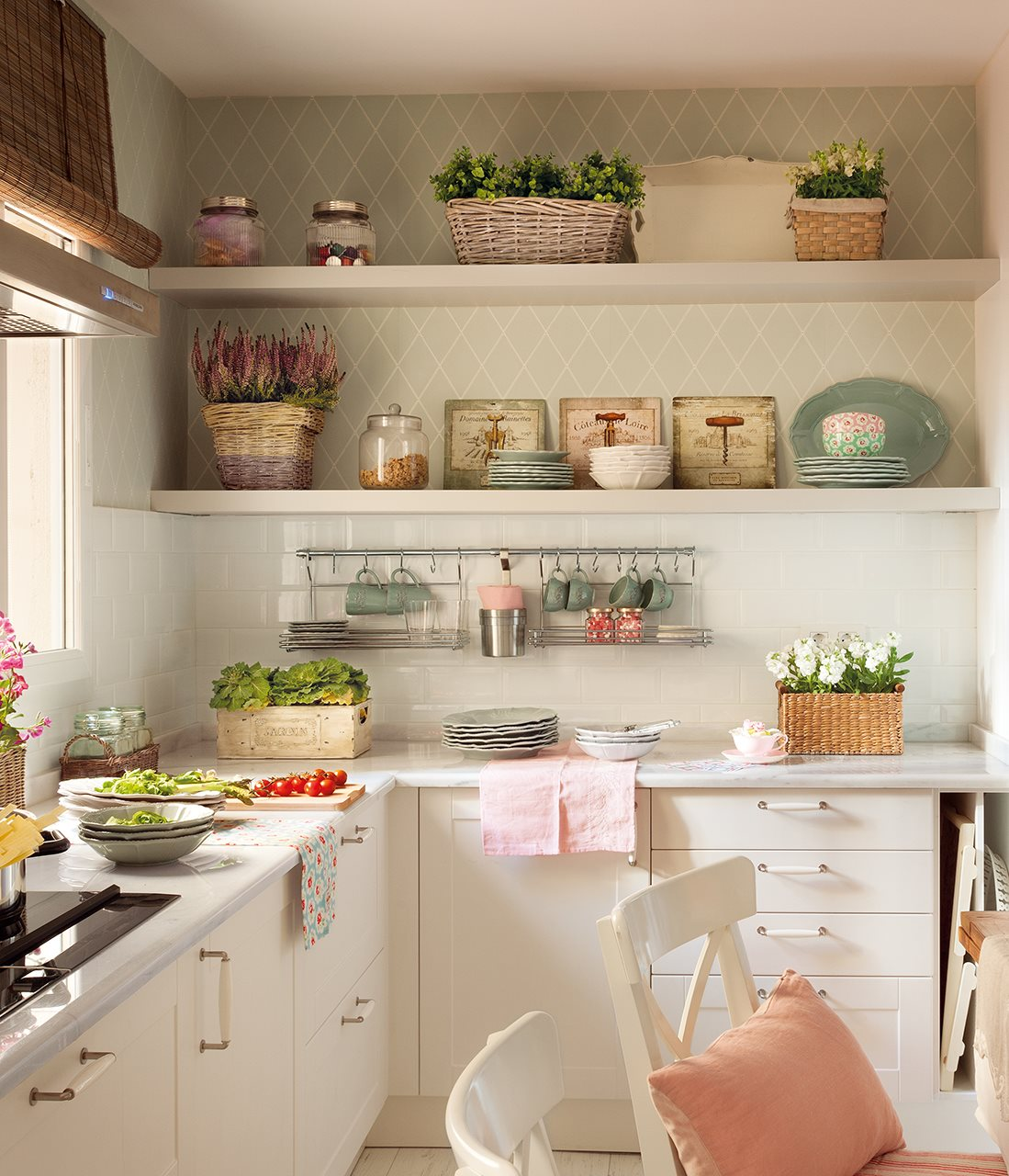 Trucos para organizar la cocina for Papel pintado para muebles de madera
