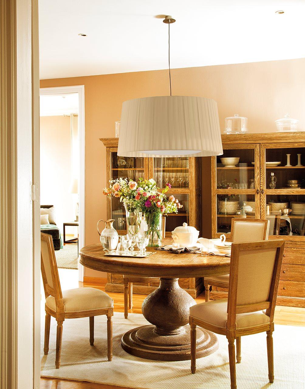 Reformar un tico - Salon comedor con mesa redonda ...