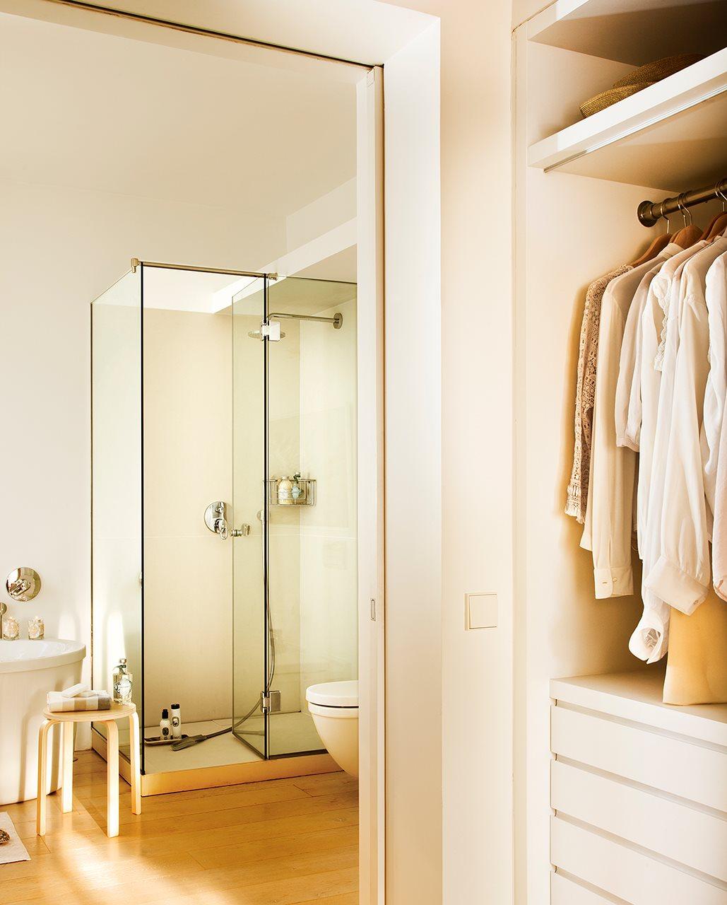 Un ba o con ba era ducha y un vestidor for Distribucion bano 2x2
