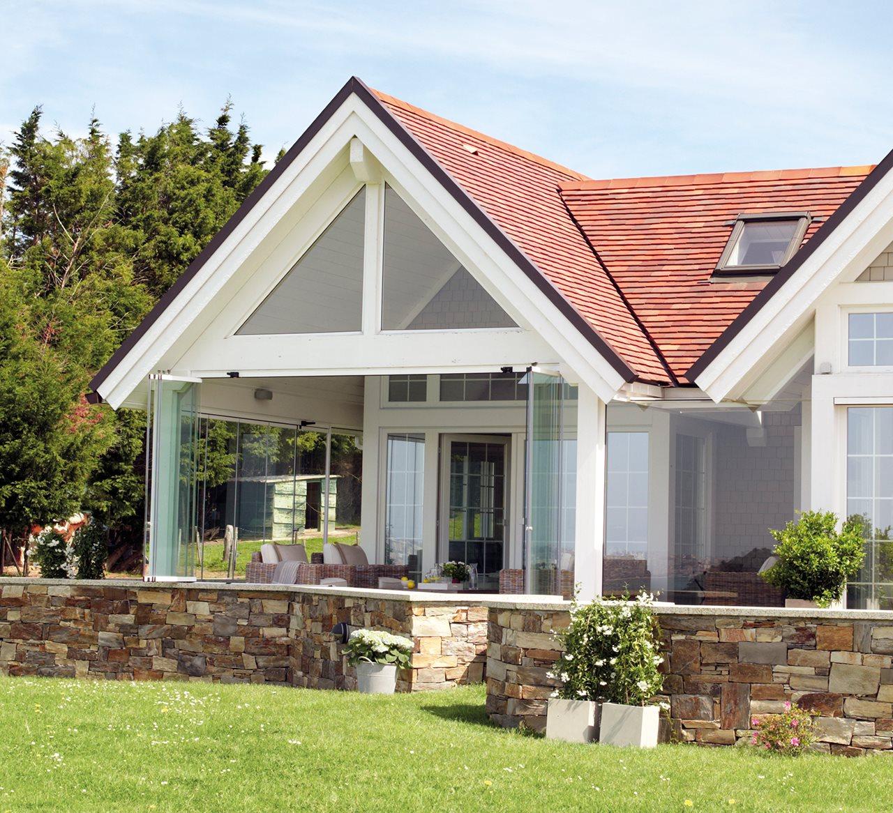 Preciosa casa tipo canadiense con vistas a la bah a de - Casas pequenas con porche y jardin ...