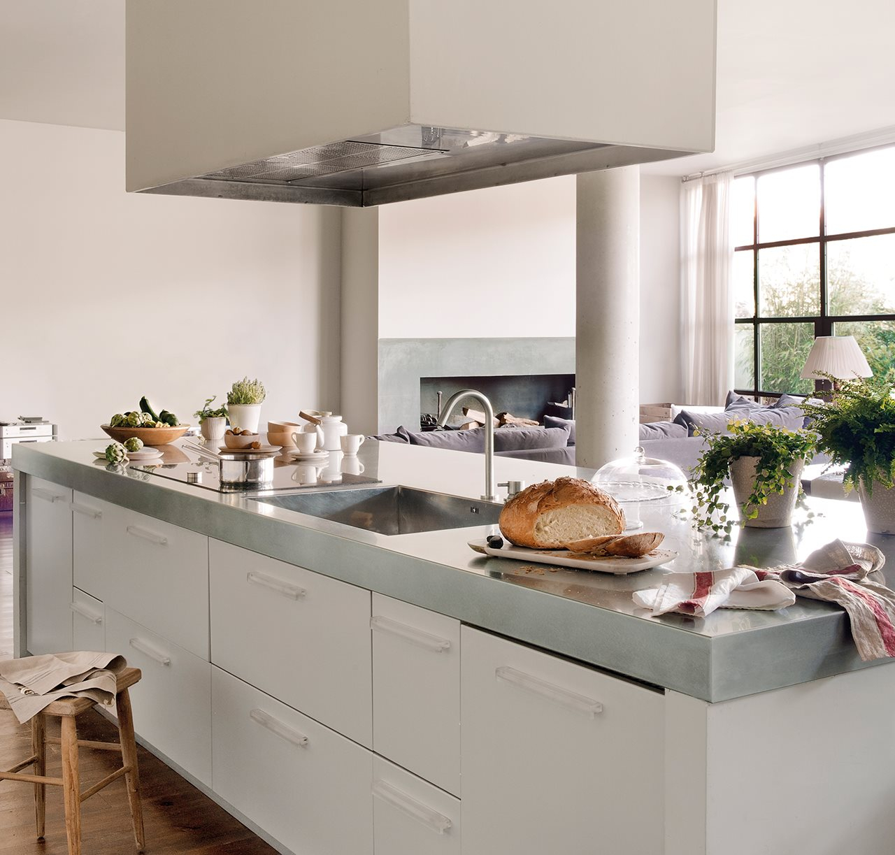 Una reforma para convertir un almac n en una casa de dos for Cocinas con islas en medio