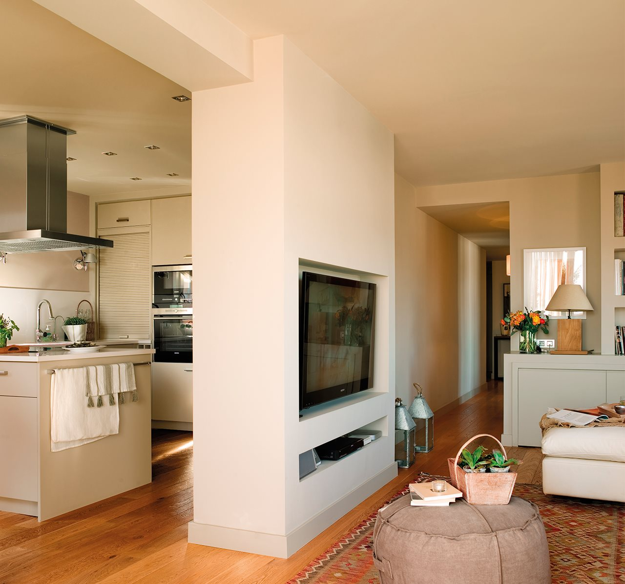 Dos pisos peque os transformados en la casa de una pareja for Separacion de muebles cocina comedor